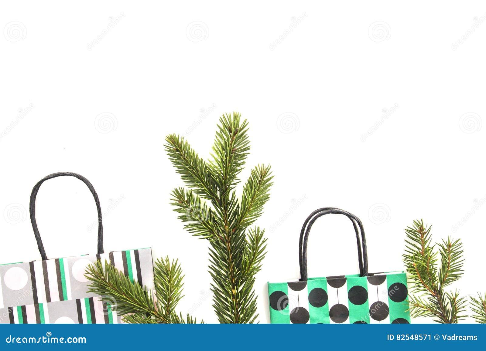 paniers et branche d'arbre colorés de sapin sur le fond blanc