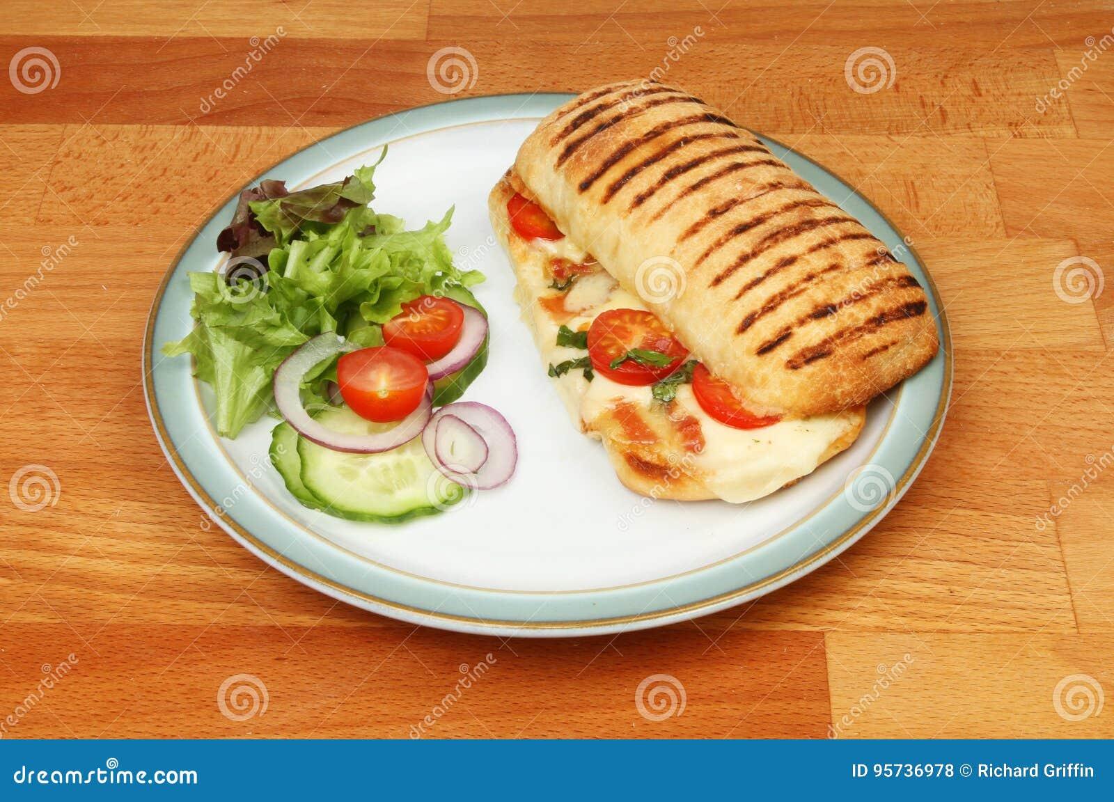 Panini和沙拉在板材