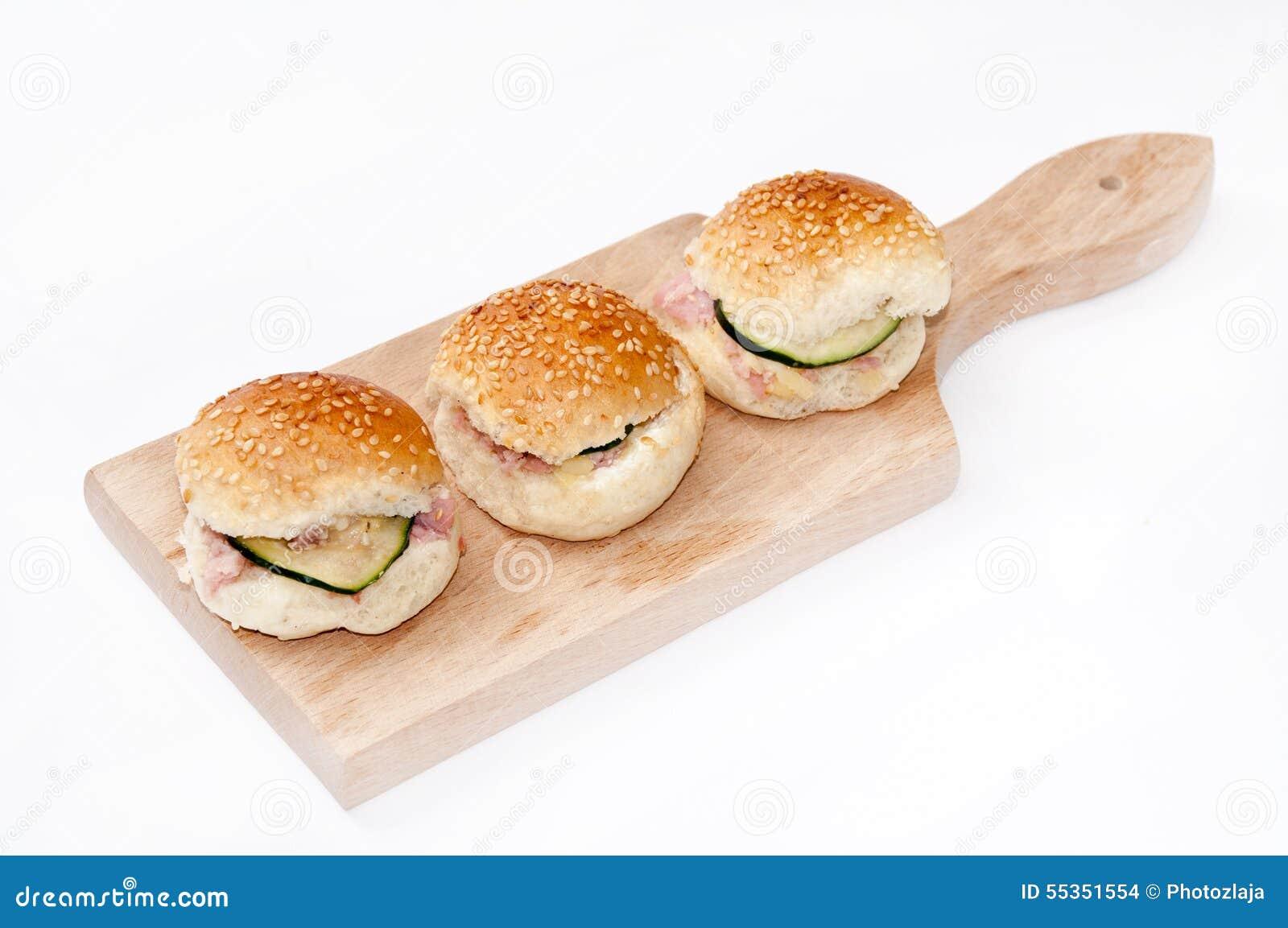 Panini dell hamburger con il prosciutto ed il cetriolo