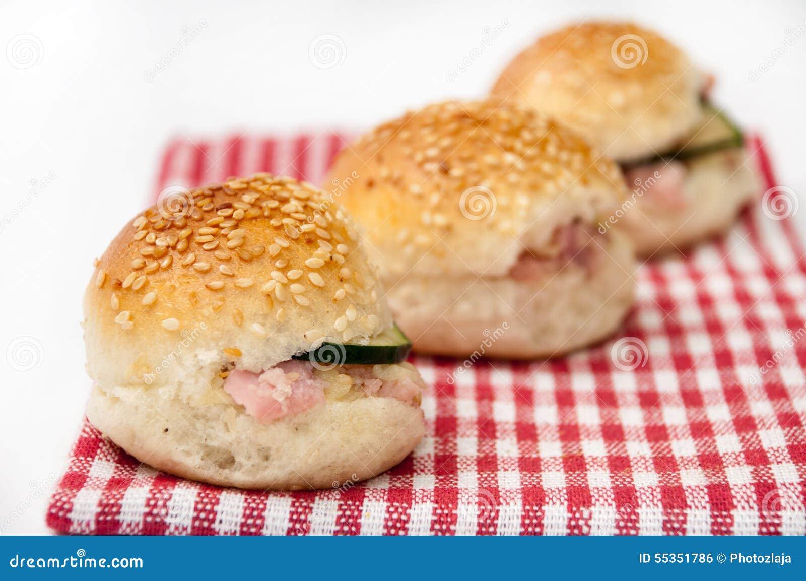 Panini dell hamburger sul panno di tavolo da cucina