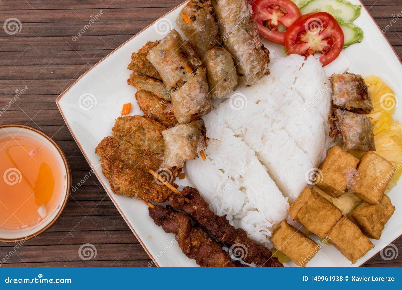 Panino Cha, alimento vietnamita tradizionale Rotoli di primavera con il tofu, il riso, la bistecca della carne di maiale, l insal