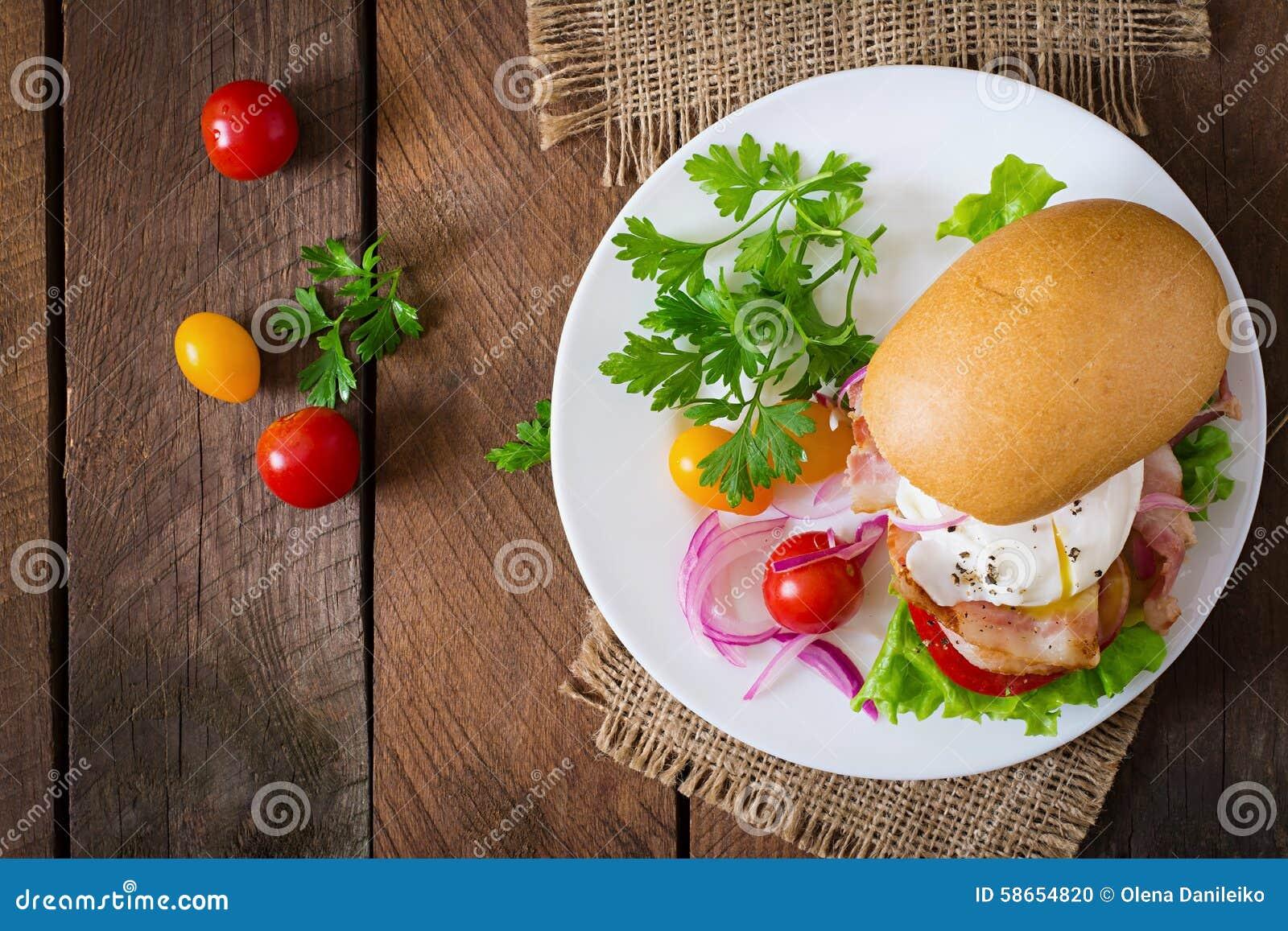 Panino con bacon e l uovo affogato