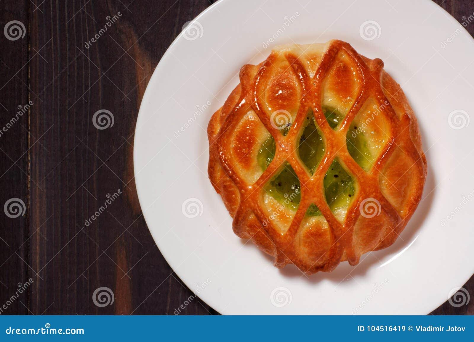 Panino con l inceppamento del kiwi sul piatto bianco