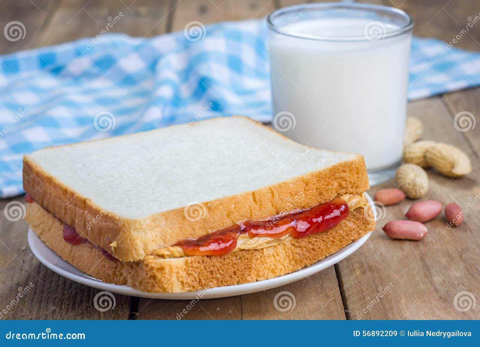 Panino con l inceppamento di fragola e del burro di arachidi