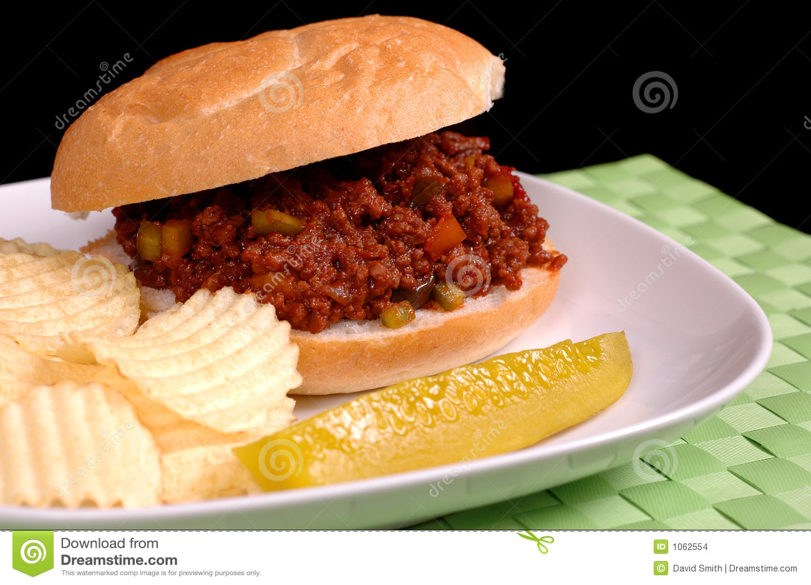 Panino trascurato del Joe con le patatine fritte ed il sottaceto