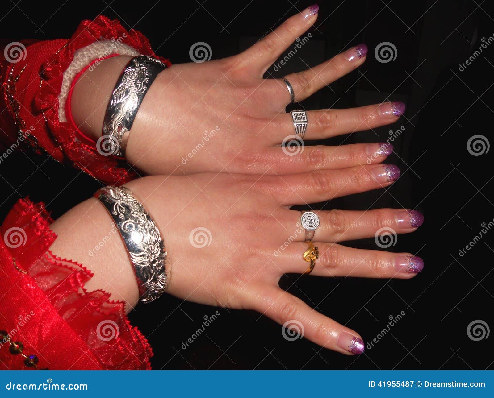 Panna młoda pokazuje ona biżuterię