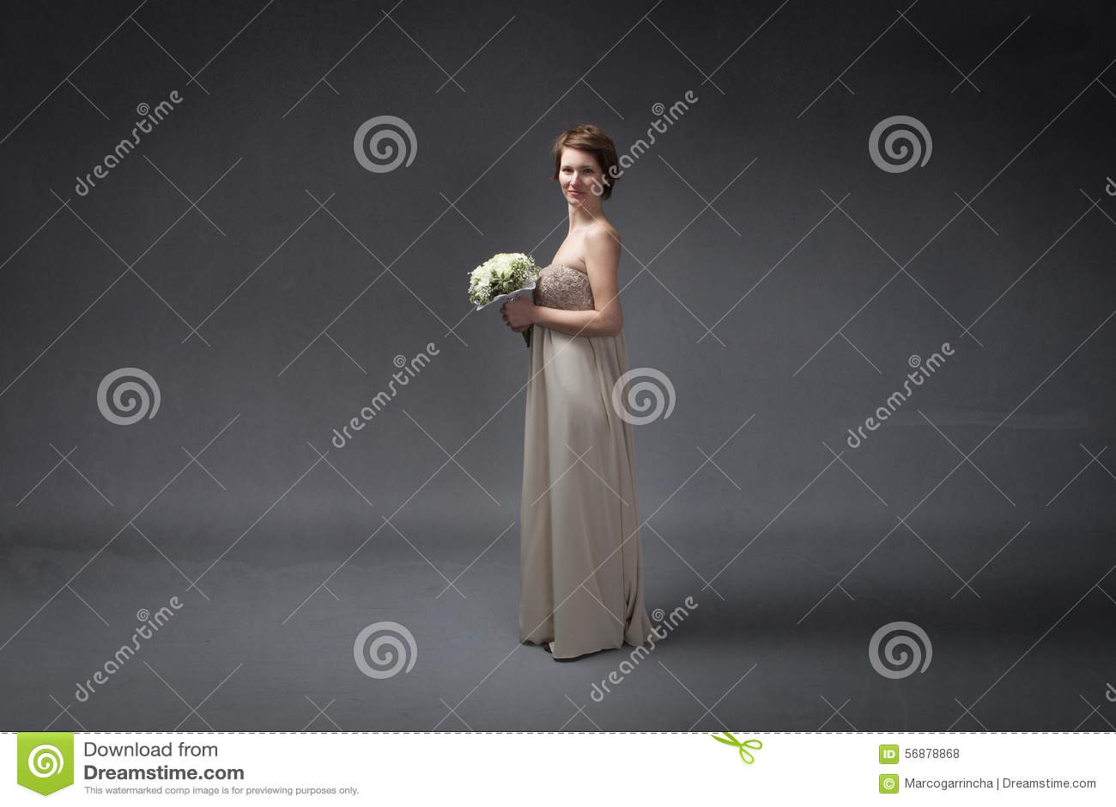 Panna młoda szczęśliwa z kwiatami na ręce