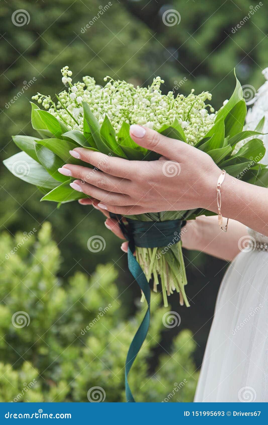 Panna młoda trzyma bukiet przy ślubem