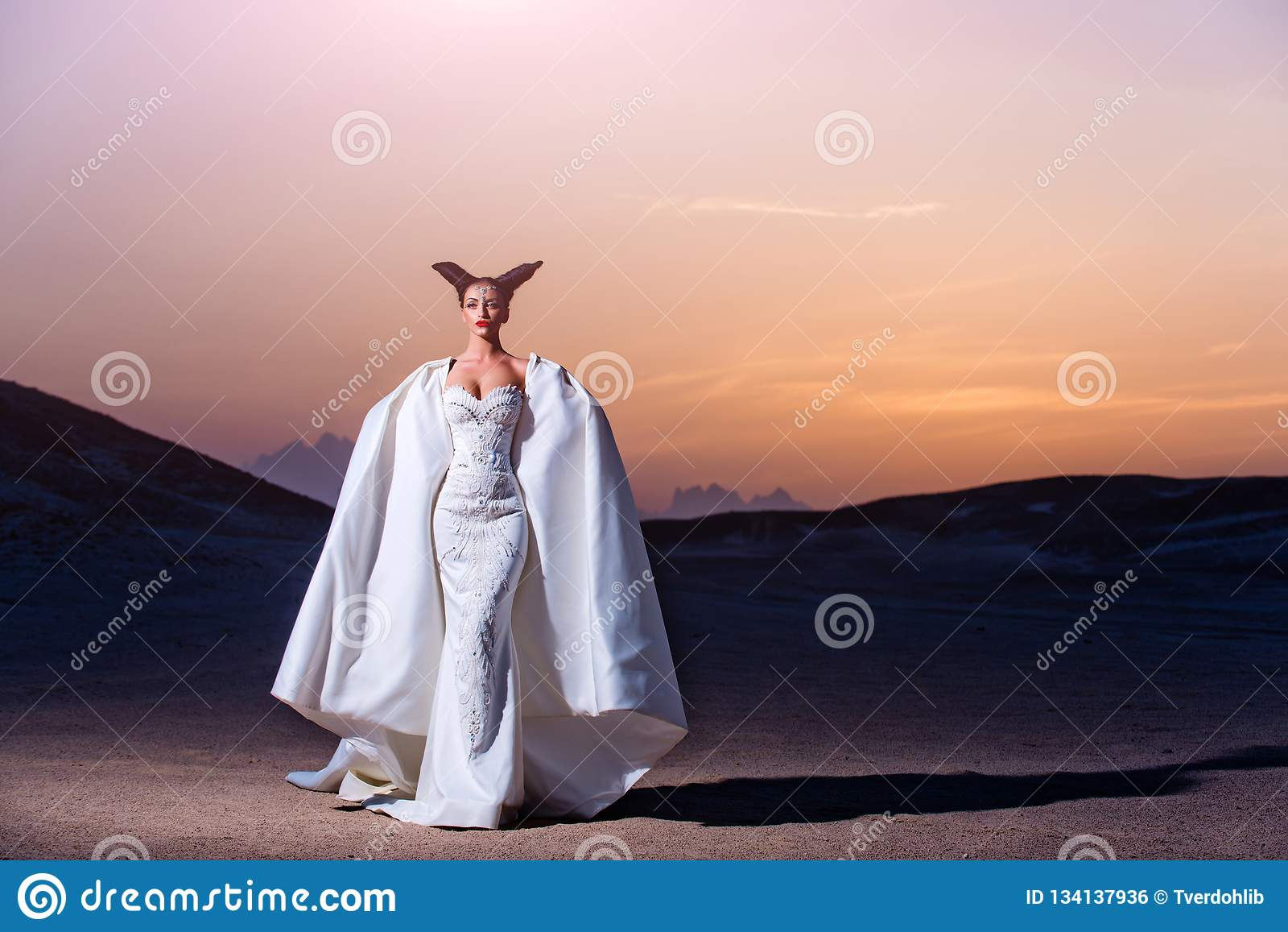 Panna młoda w piasek diunach na góra krajobrazie