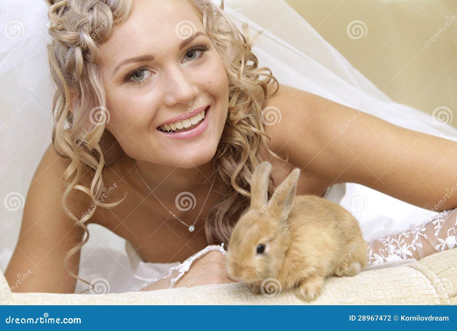 Panna młoda z królikiem