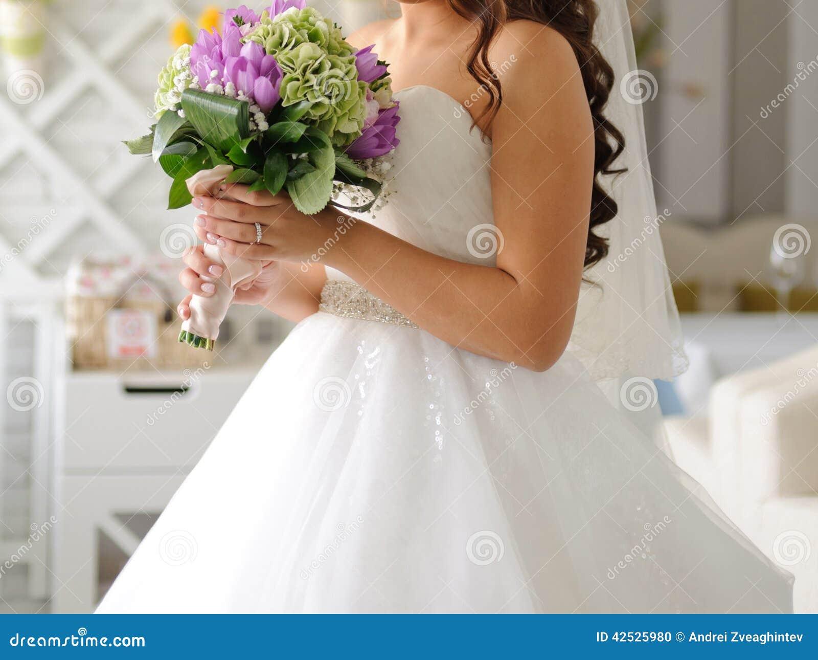 Panna młoda z kwiatami