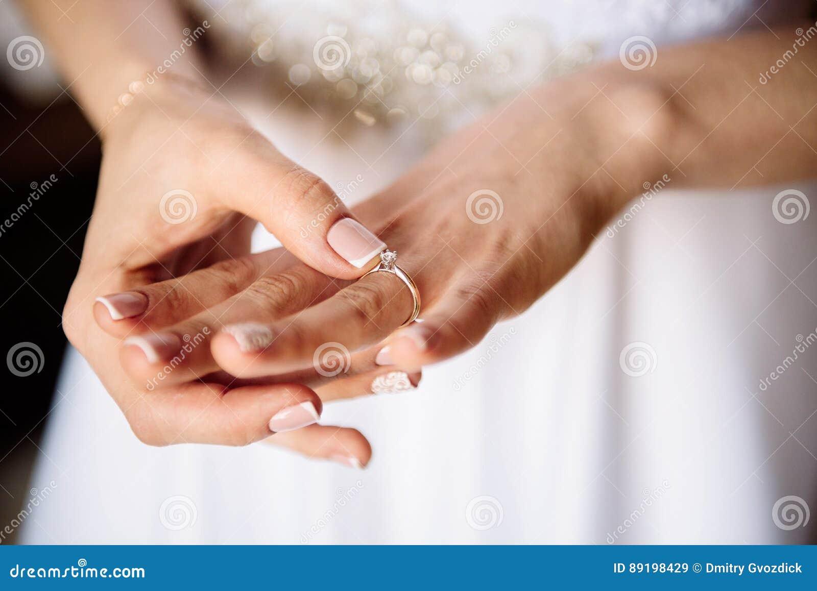 Panna młoda z pierścionkiem zaręczynowym