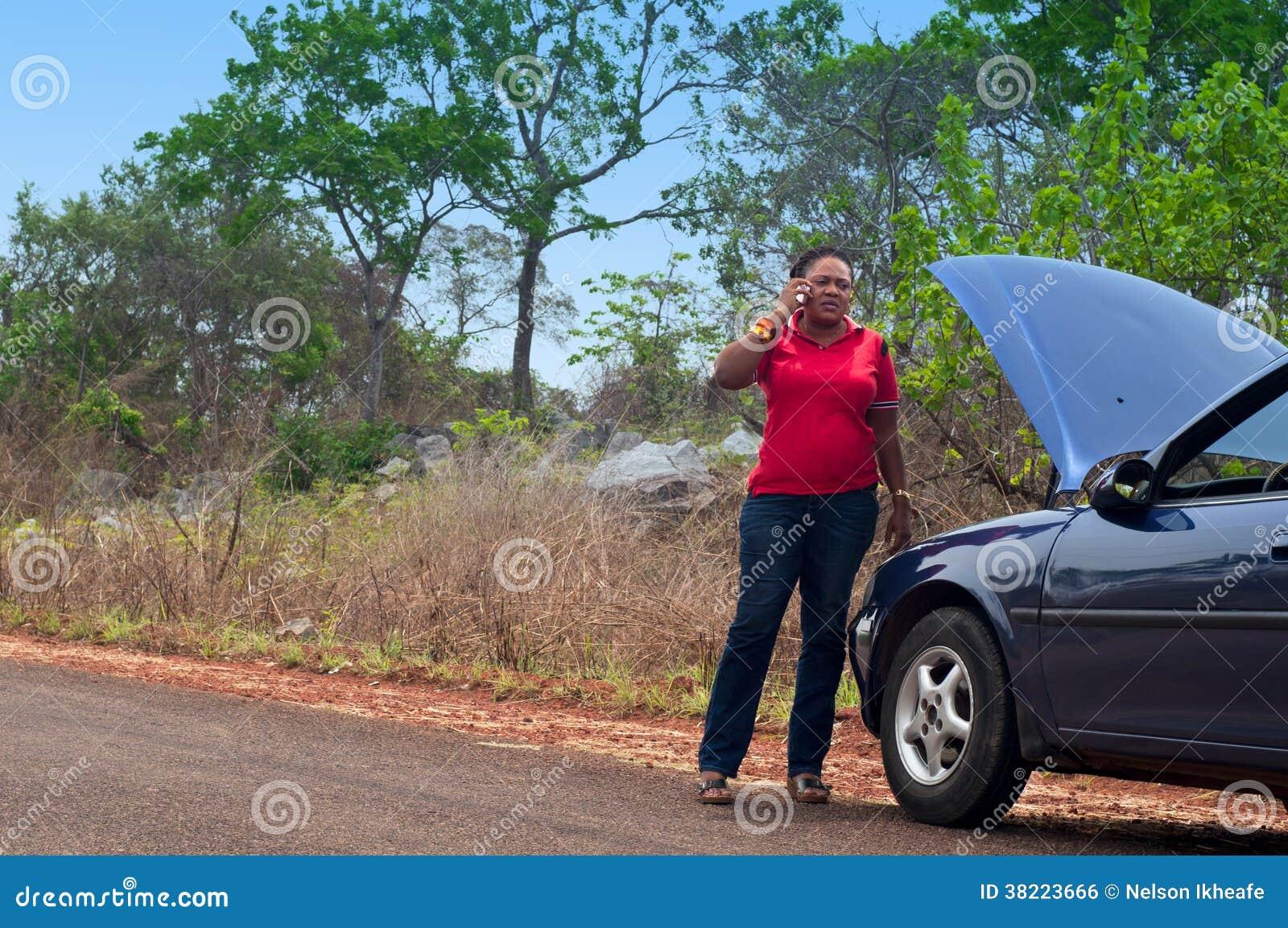 panne de voiture appel de femme d 39 afro am ricain pour l 39 aide aide de route image libre de. Black Bedroom Furniture Sets. Home Design Ideas