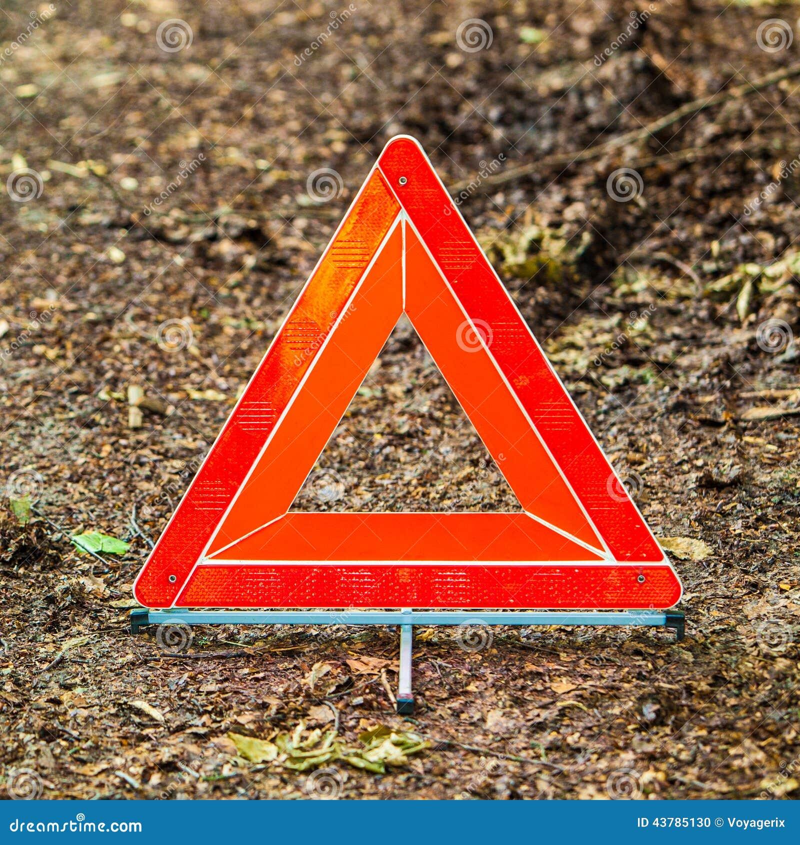 panne de voiture la triangle d 39 avertissement rouge se connectent la route photo stock image. Black Bedroom Furniture Sets. Home Design Ideas