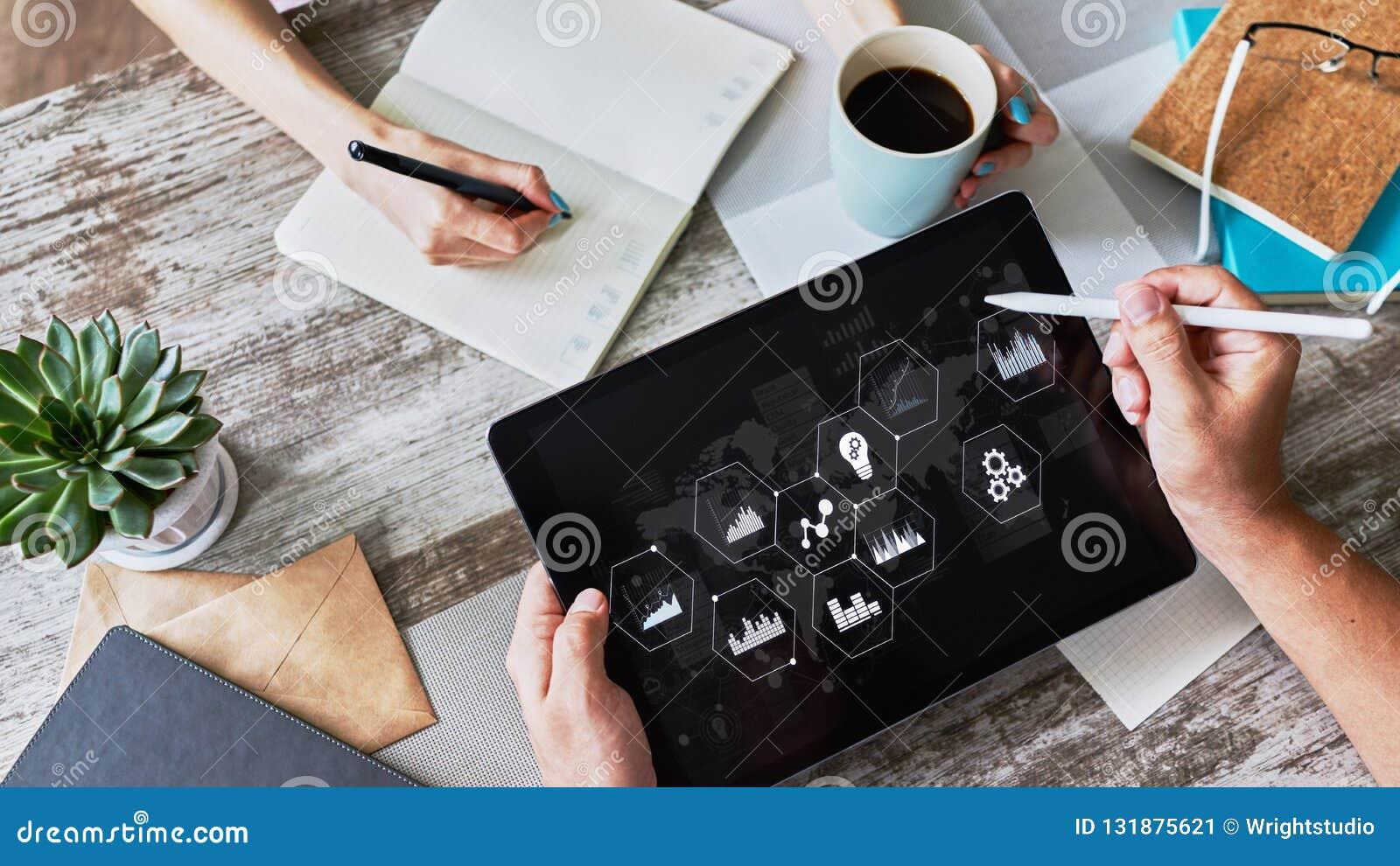 Panneau à régulation de processus et données d affaires analysant le moniteur avec le diagramme et les diagrammes sur l écran de