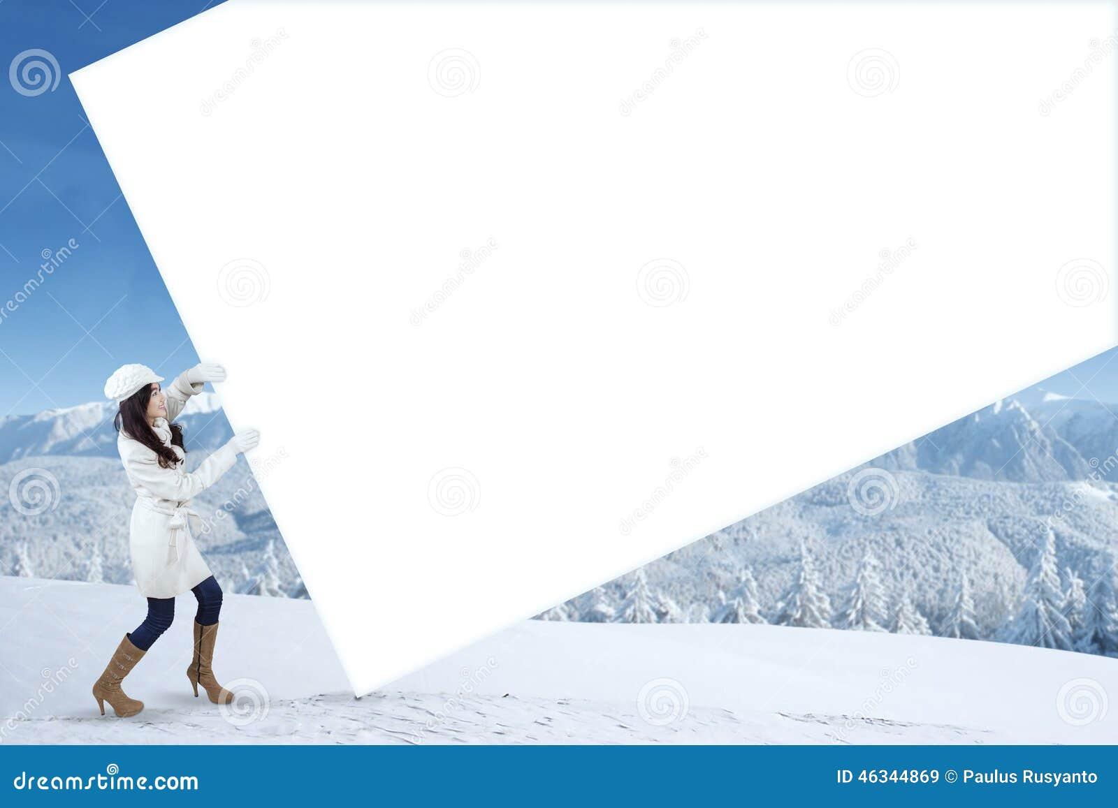 Panneau d affichage vide de traction de fille dans le jour d hiver
