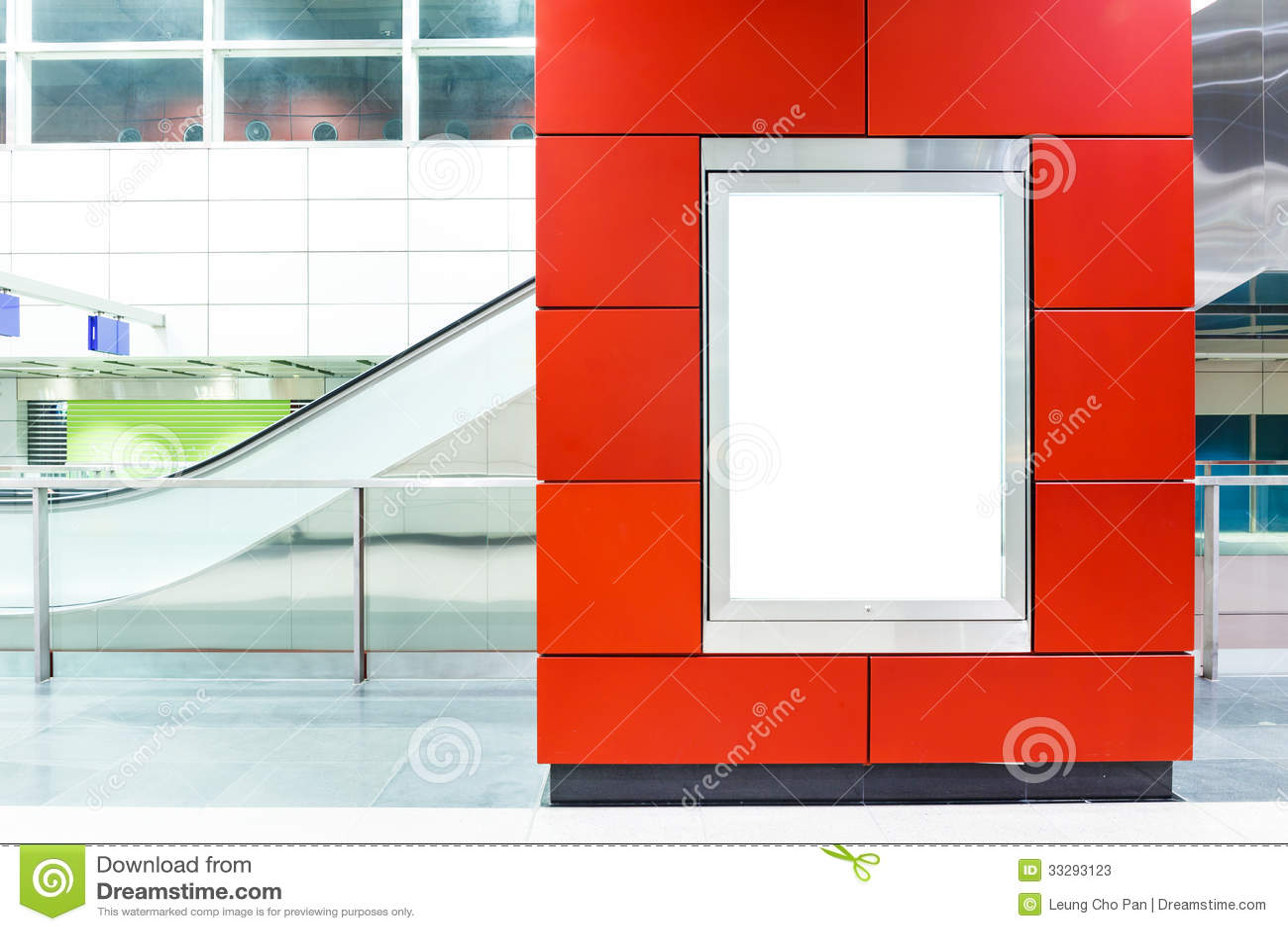 Panneau d affichage vide sur le souterrain moderne