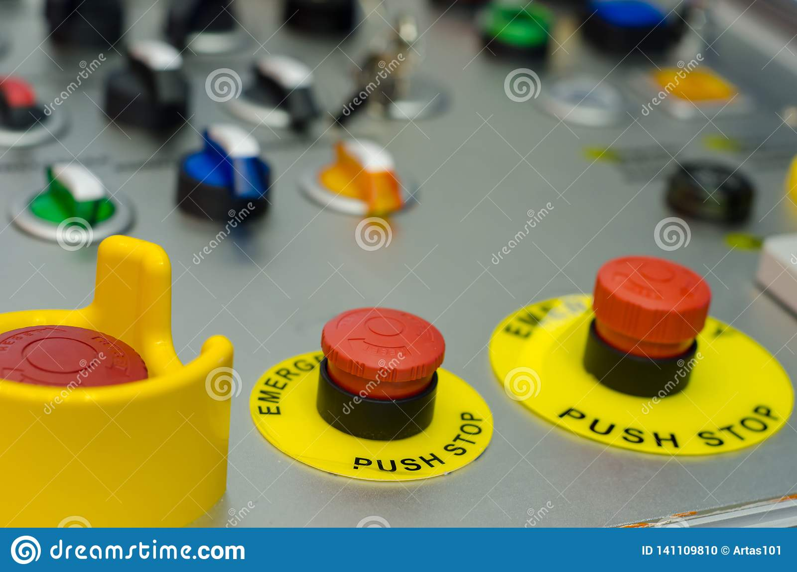 Panneau de commande avec des boutons, la clé et le commutateur