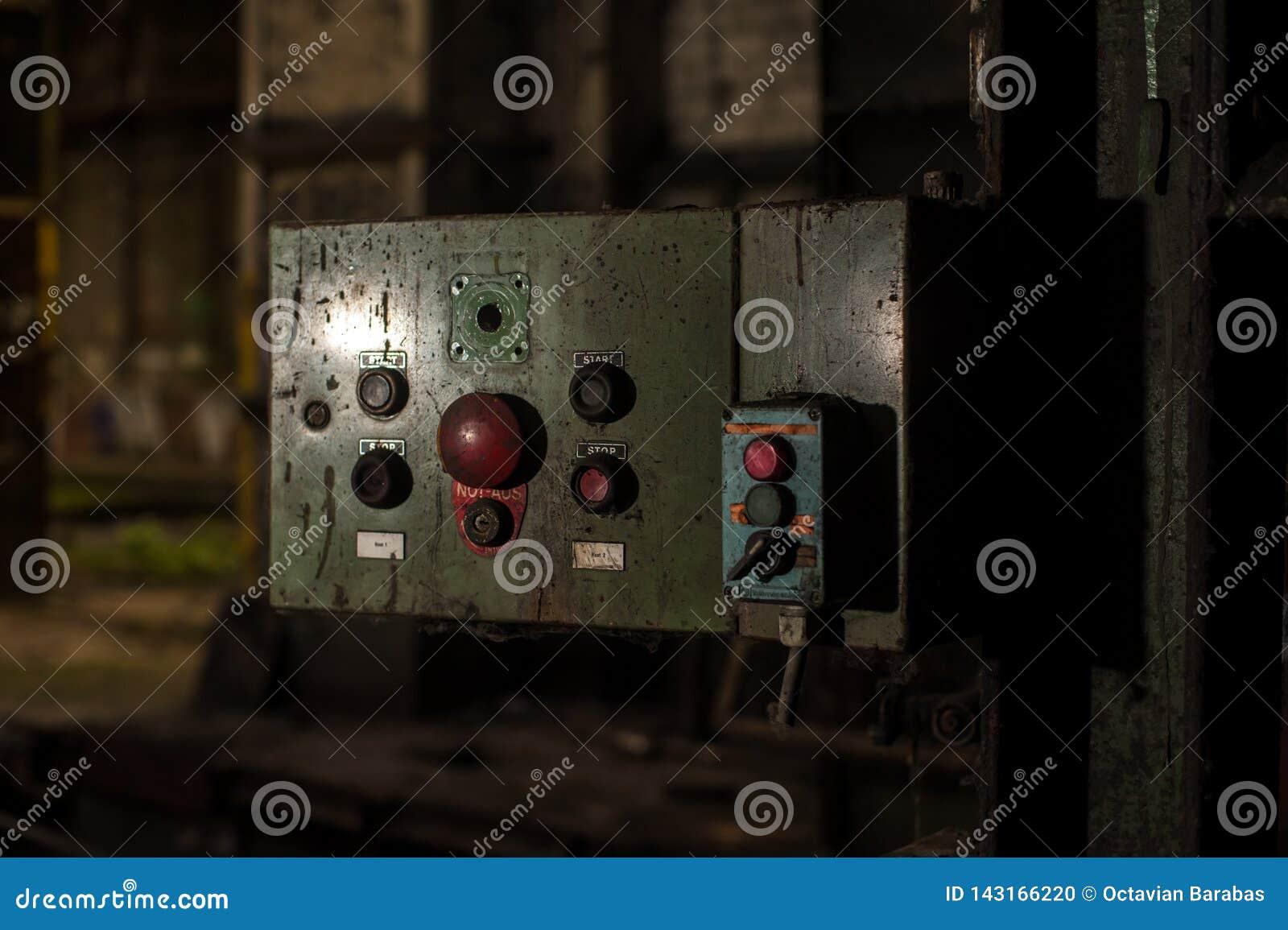 Panneau de commande dans le bâtiment industriel abandonné