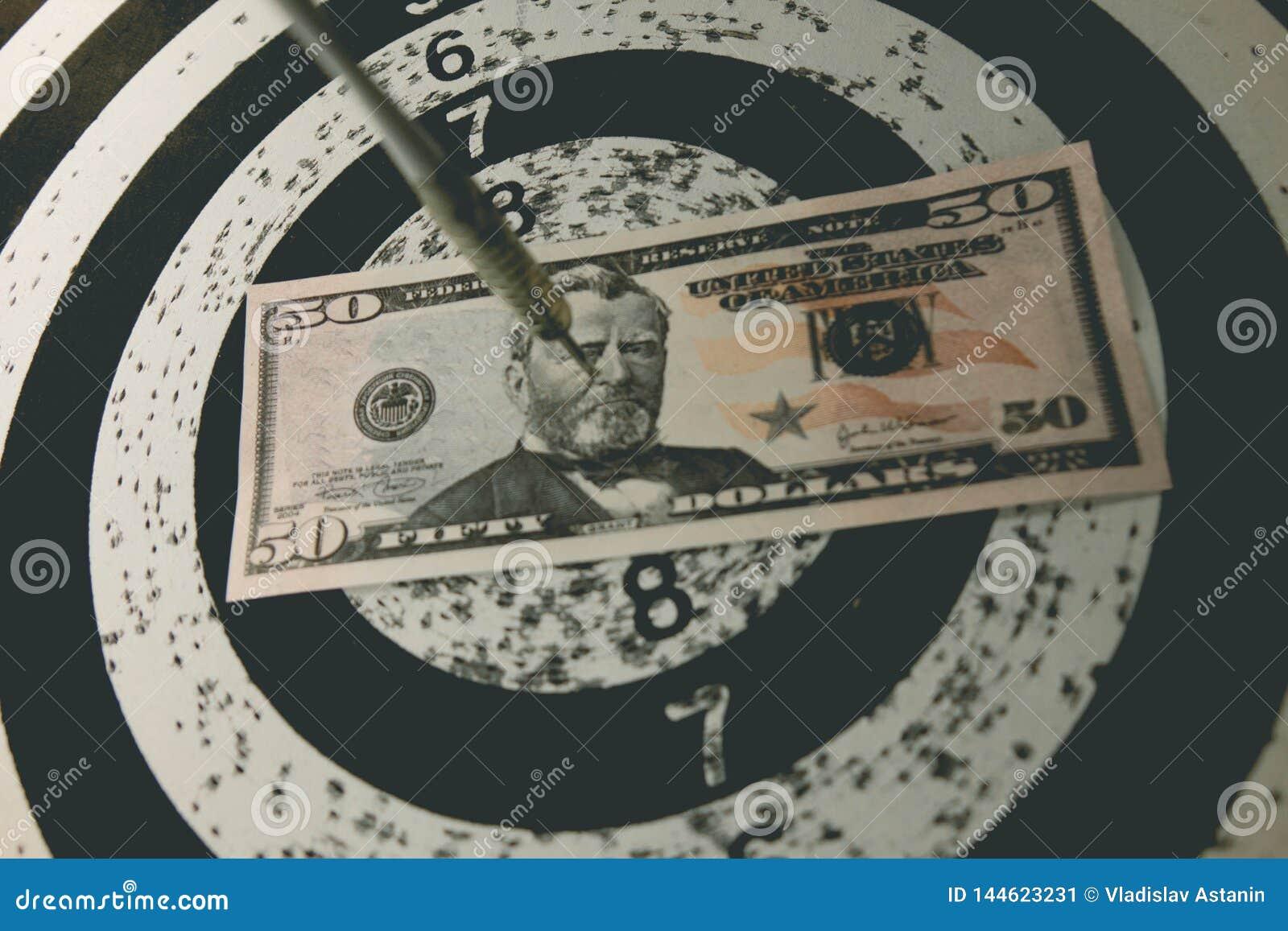 Panneau de dard avec des dards sur la cible avec votre argent