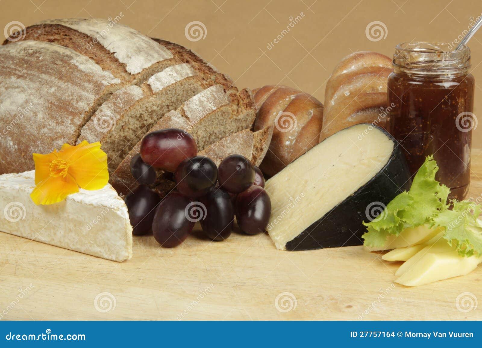 Panneau de fromage avec du pain et le fruit de seigle