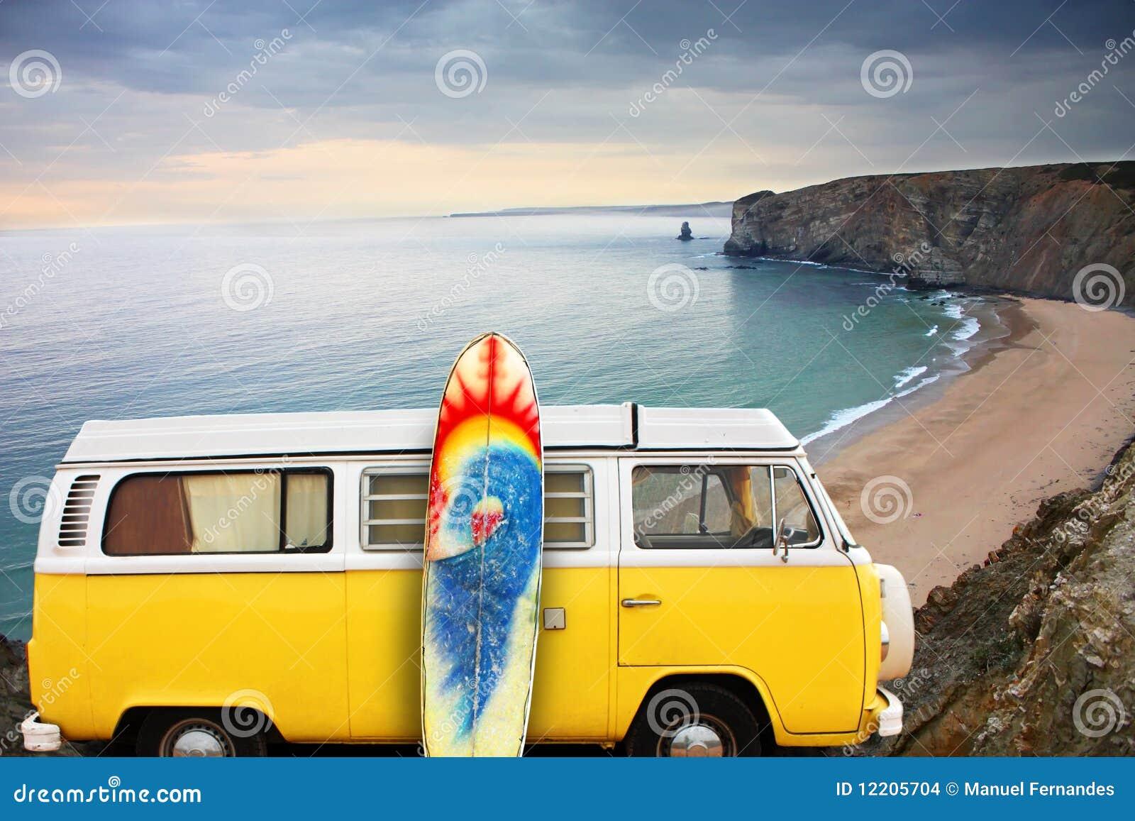 Panneau de Van et de vague déferlante à une plage