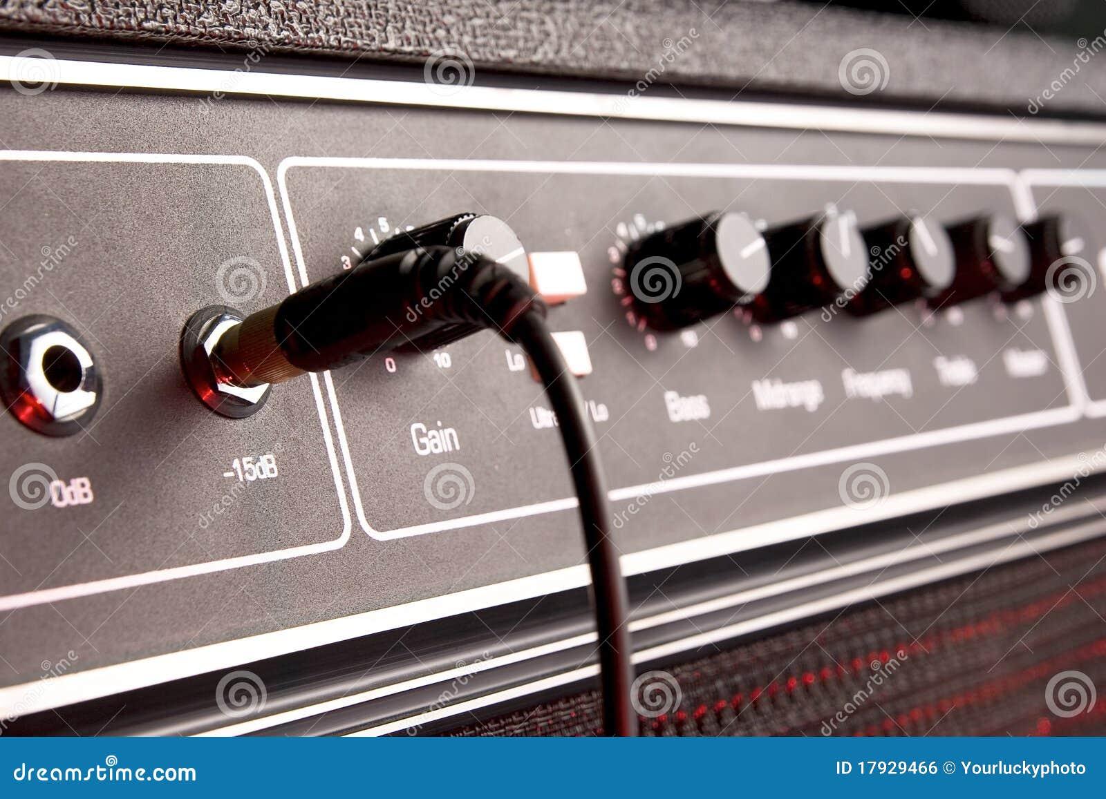 Panneau musical noir d amplificateur de guitare avec le plot