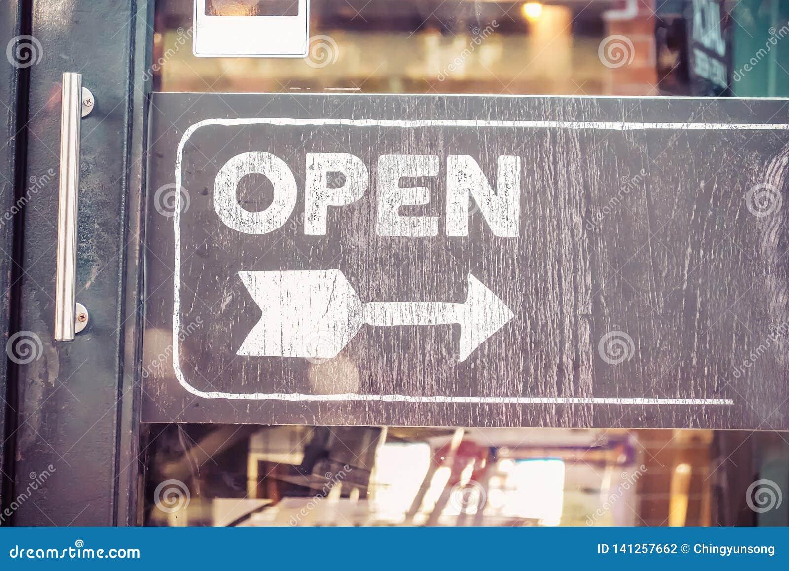Panneau ouvert de signe par le verre de la porte de restaurant Service aux entreprises et concept de nourriture