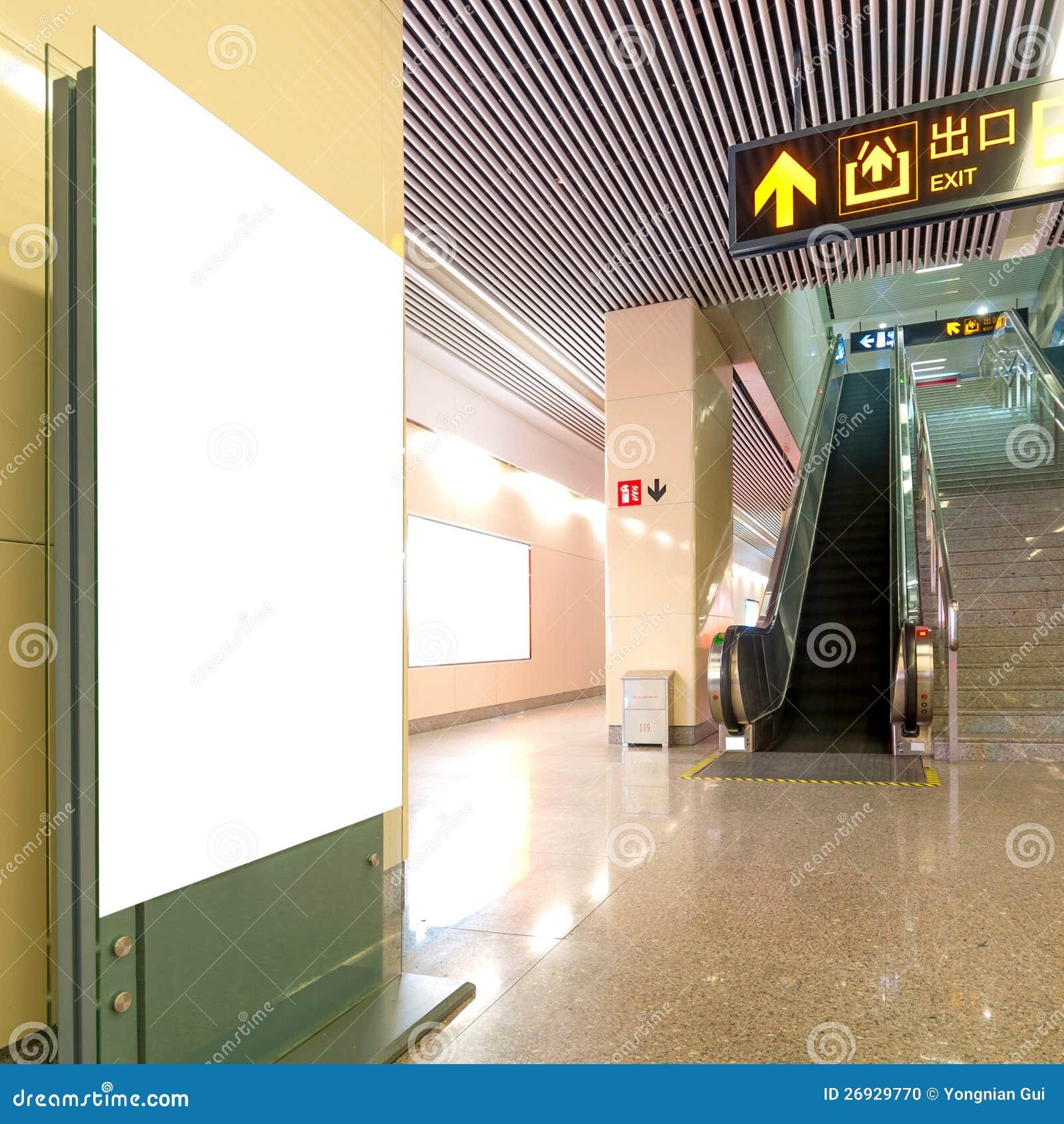 Panneau-réclame de blanc de station de métro de Hall