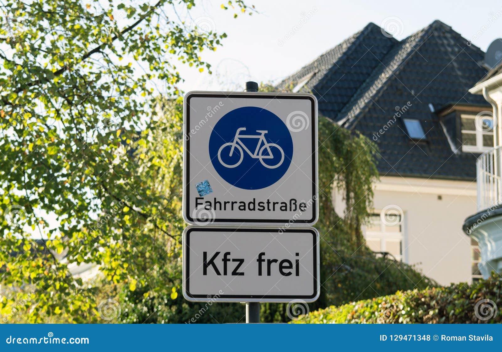 Panneau routier de ruelle de bicyclette et de piéton sur le courrier de poteau