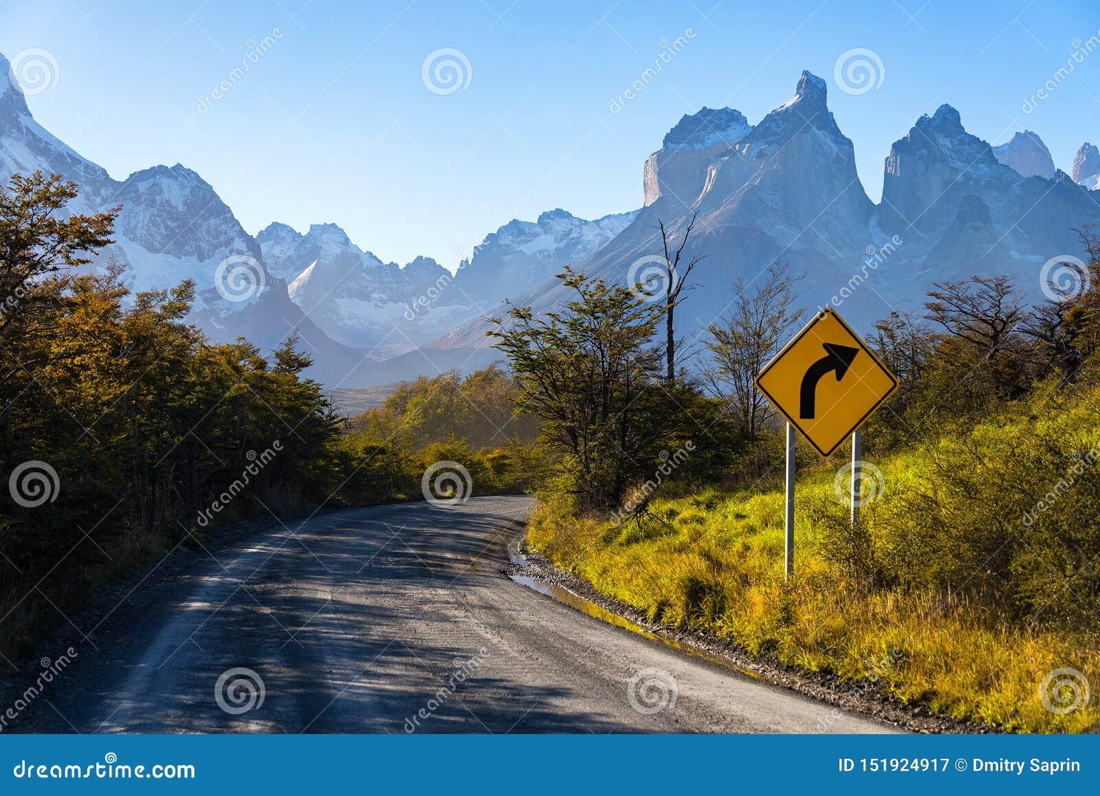 Panneau routier en parc national Torres del Paine, Patagonia, Chili