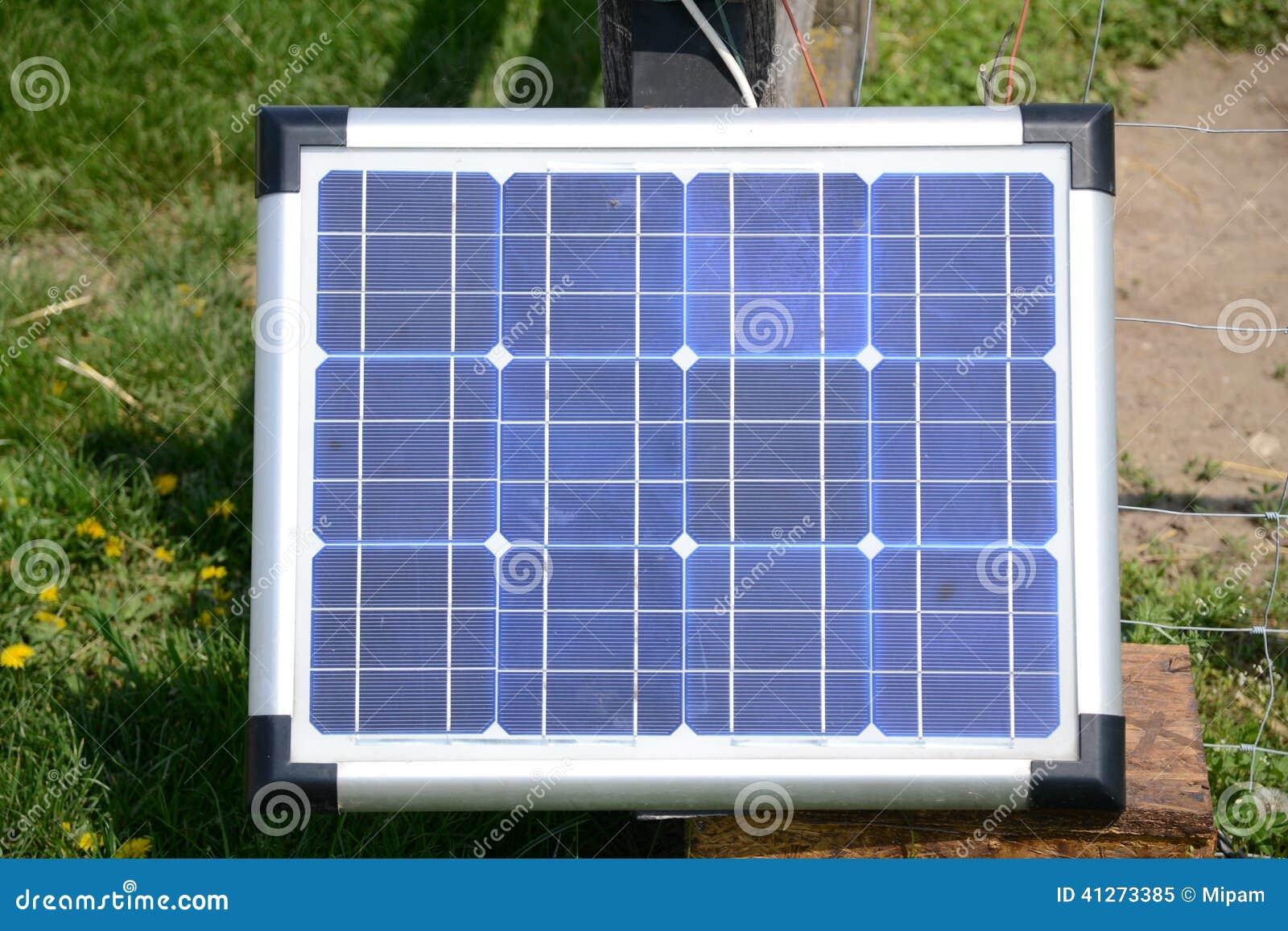panneau solaire dans la vue de face de jardin photo stock image 41273385. Black Bedroom Furniture Sets. Home Design Ideas