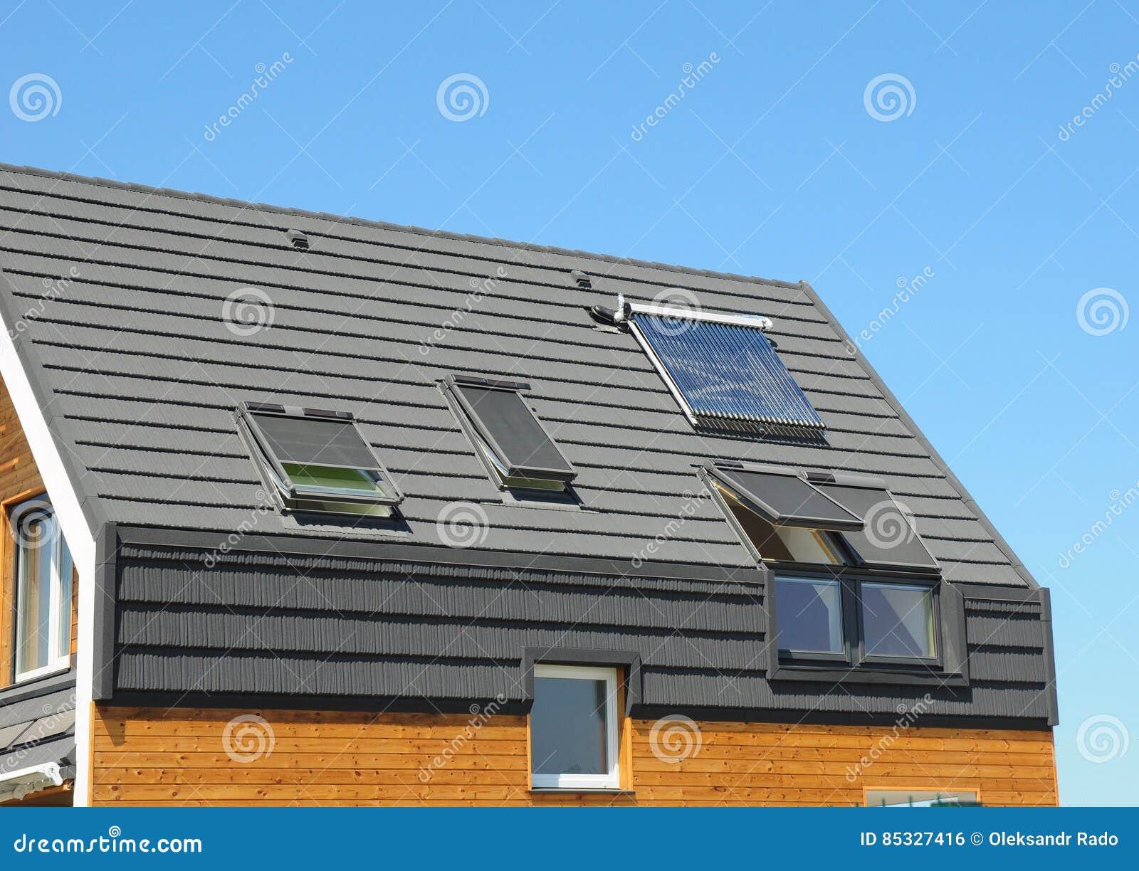 panneau solaire et chauffe eau solaire sur le toit moderne de maison avec des lucarnes - Lucarne Moderne Et Toit Tuile