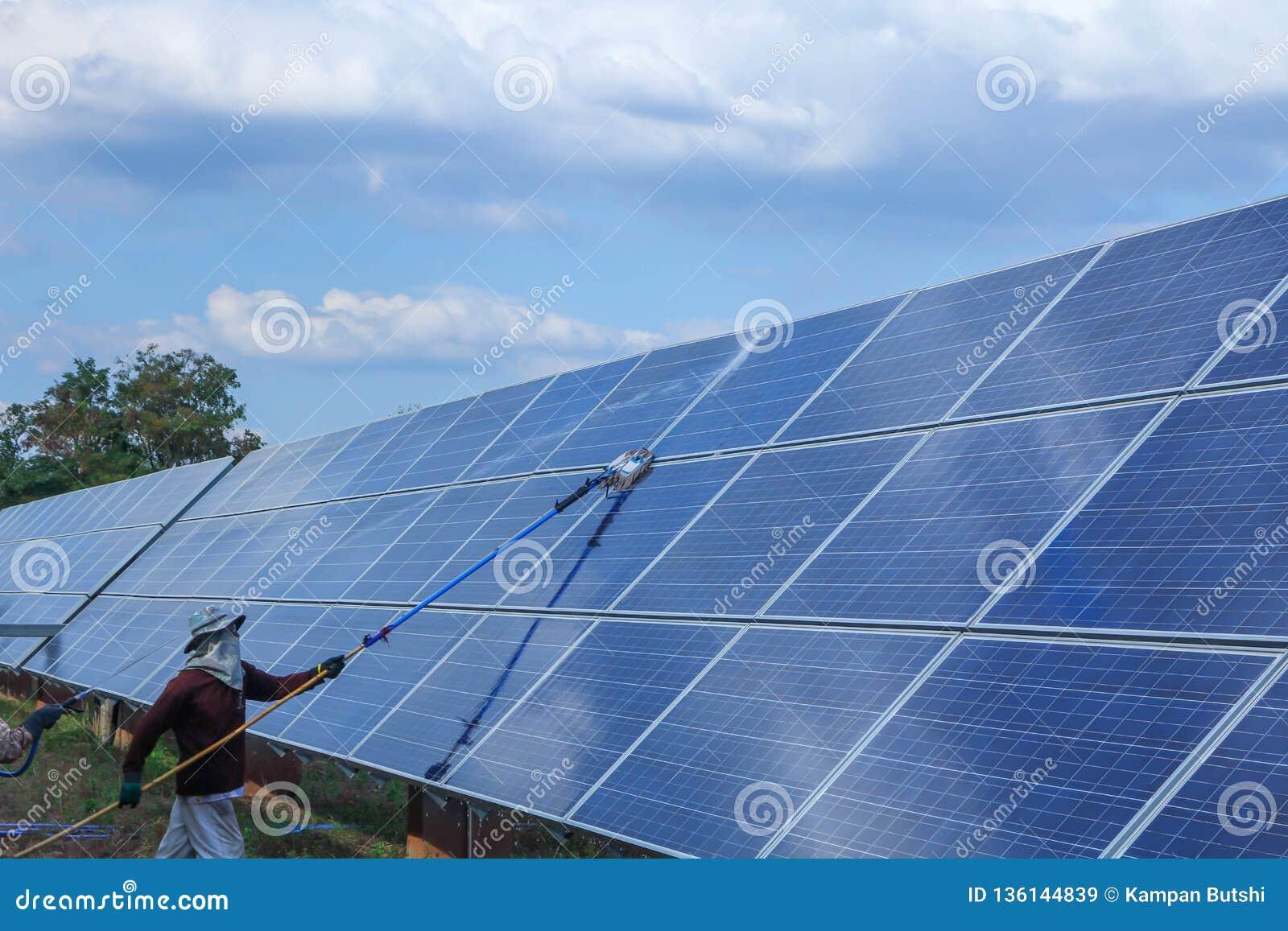 Panneau solaire, source alternative de l électricité - concept des ressources viables, ceci les systèmes de piste du soleil, volo