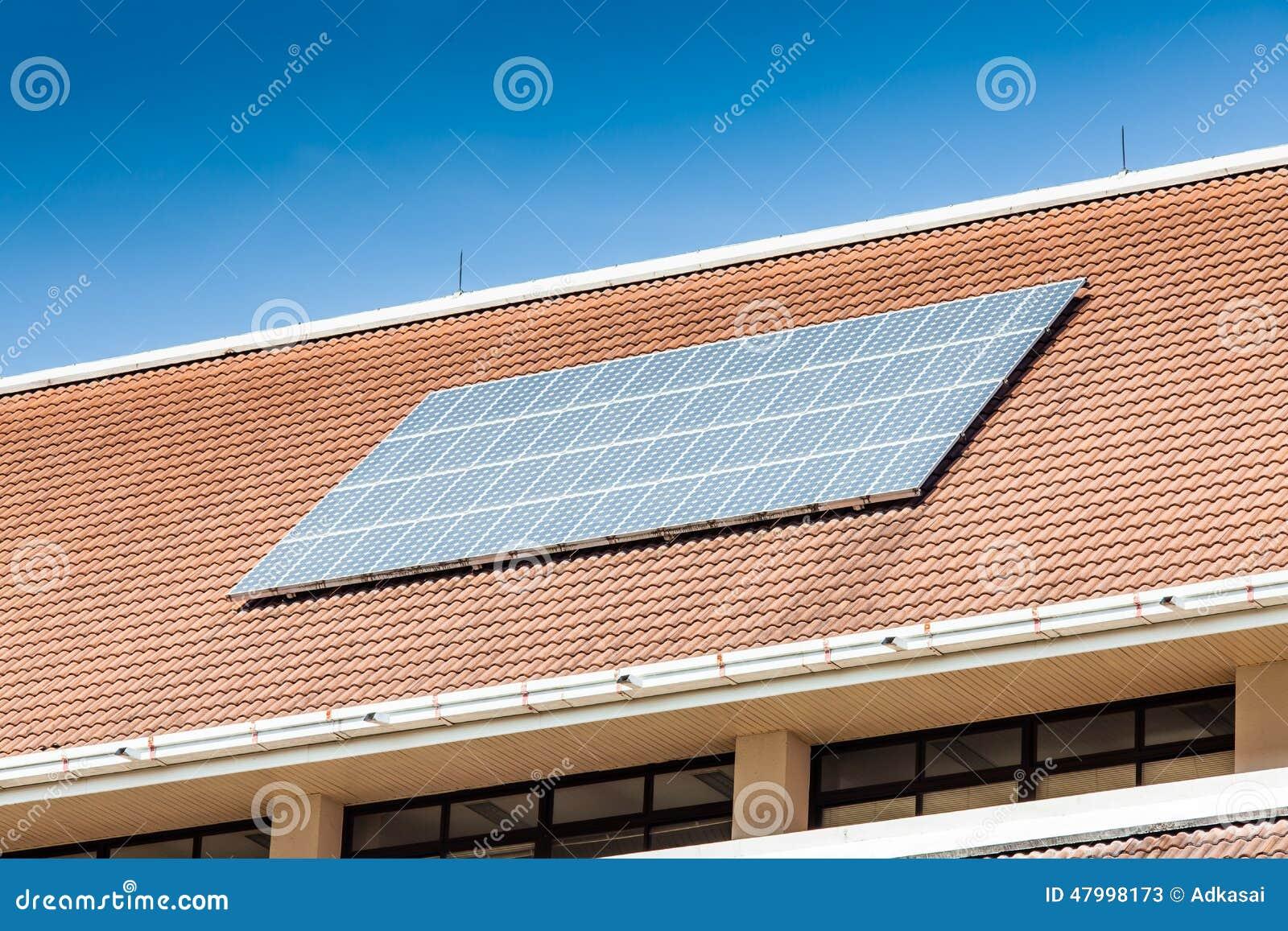 panneau solaire sur le toit de l 39 immeuble de bureaux photo stock image 47998173. Black Bedroom Furniture Sets. Home Design Ideas