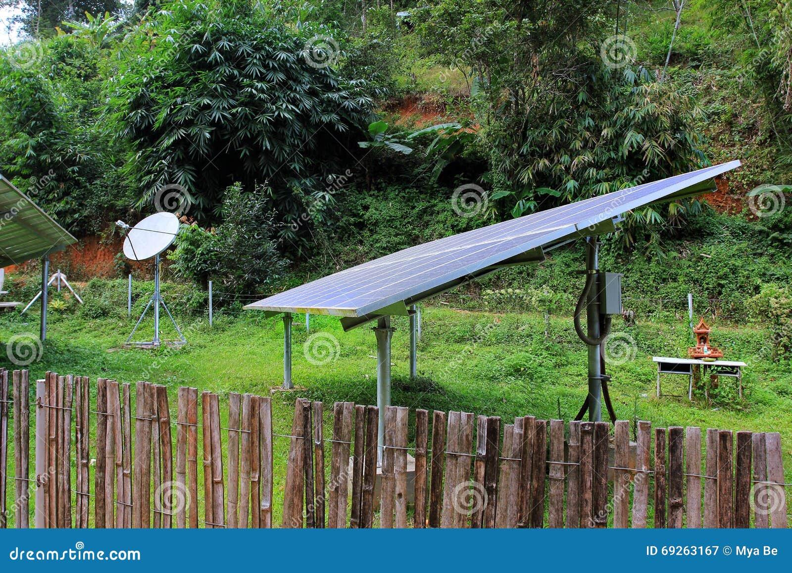Panneaux à énergie solaire et télécommunication dans un village de l Asie de l Est, dans la jungle