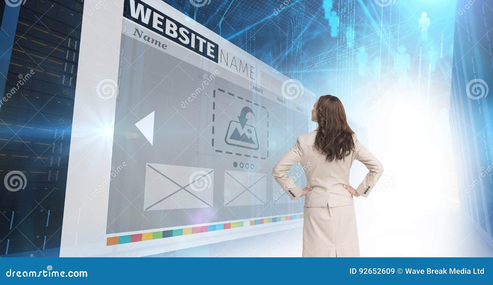 Panneaux avec des sites Web, femme d affaires regardant à lui