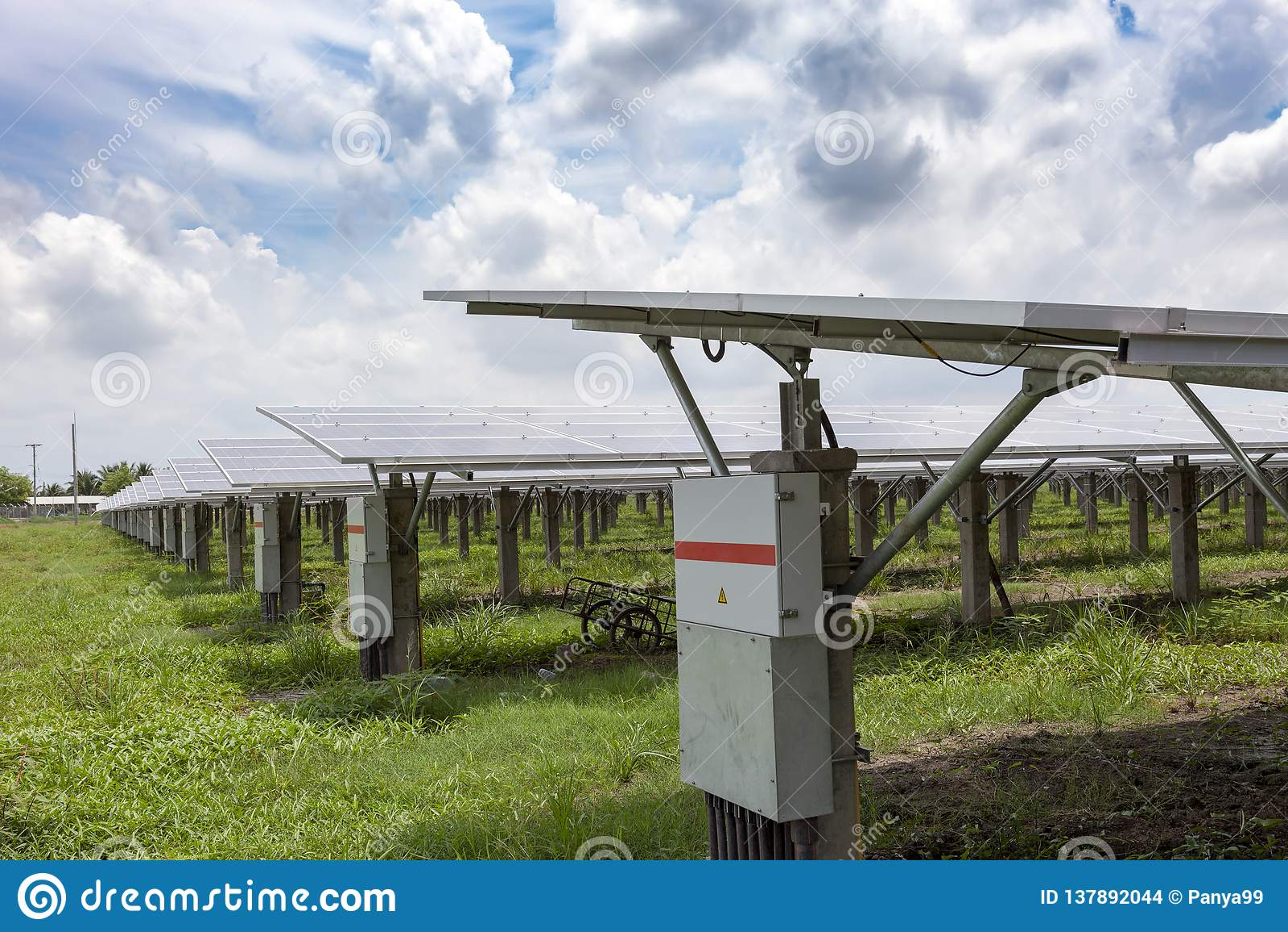 Panneaux solaires à l arrière-plan solaire de ciel bleu de fermes