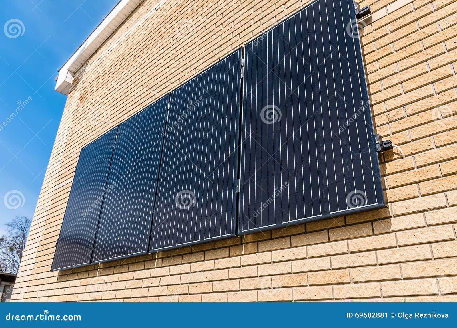 Pannello Solare Ad Accumulo Integrato : Panneaux solaires sur le mur image stock du