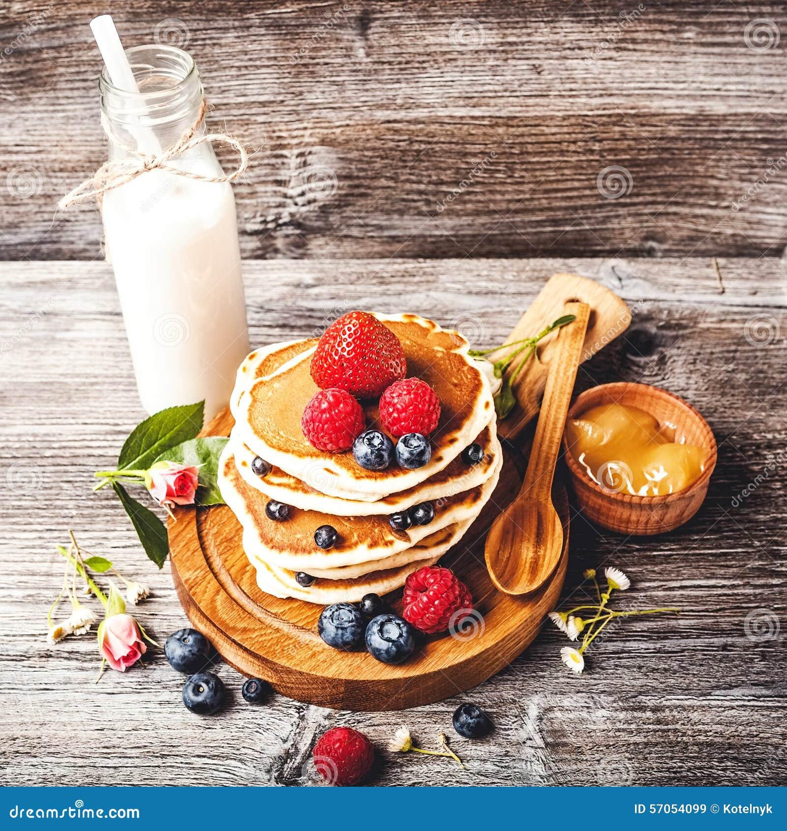 Pannekoeken met verse de zomerbessen en fles melk