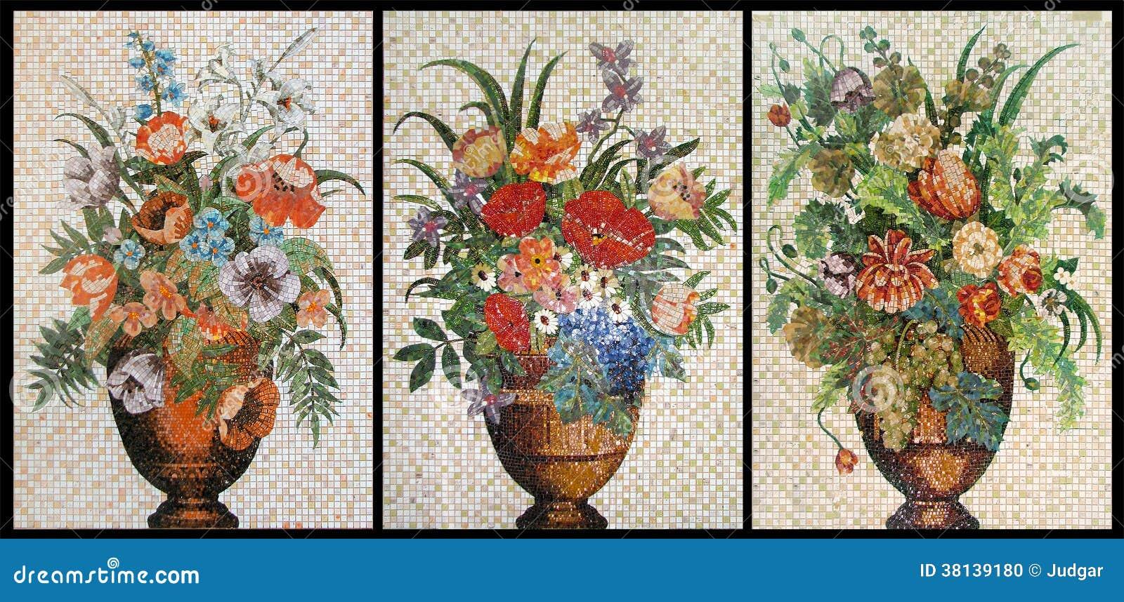 Pannelli del mosaico scheggiato. Tre vasi con i fiori