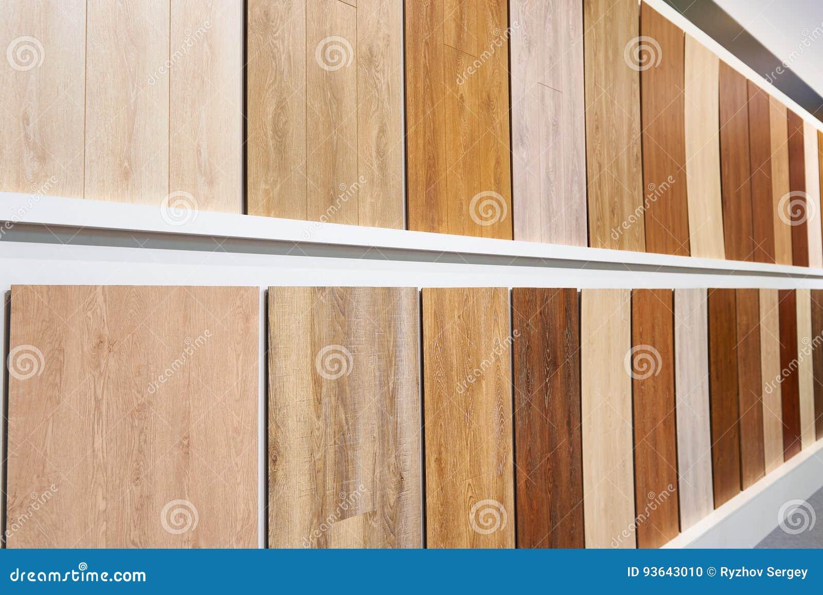 Pannelli di legno decorativi sulle pareti in deposito fotografia
