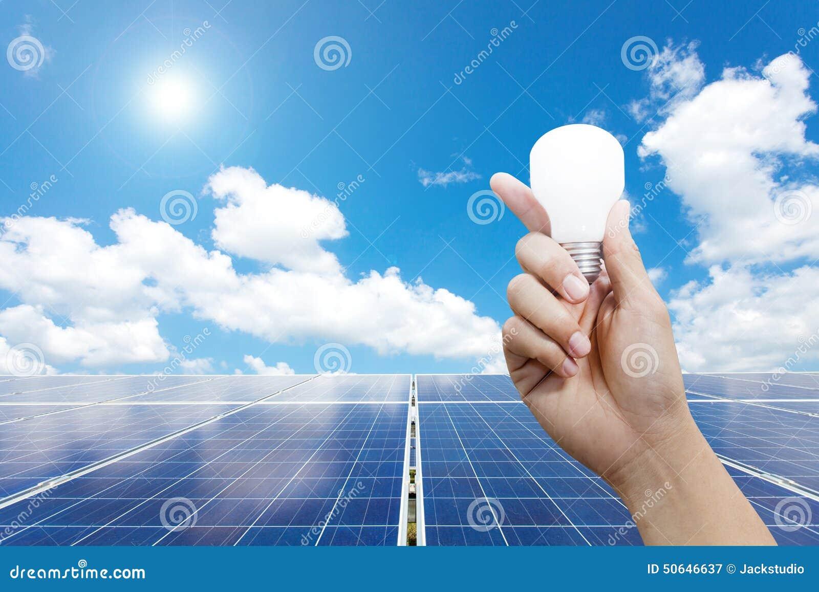 Pannelli a energia solare e lampadina a disposizione, energia