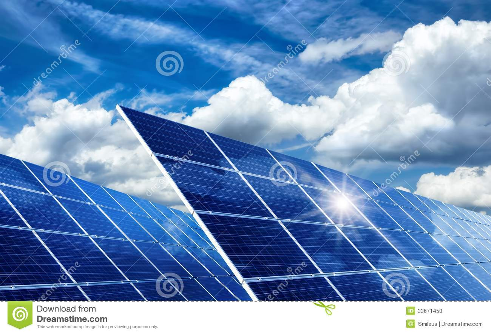 Pannelli solari che riflettono il sole e le nuvole for Pannelli solari immagini
