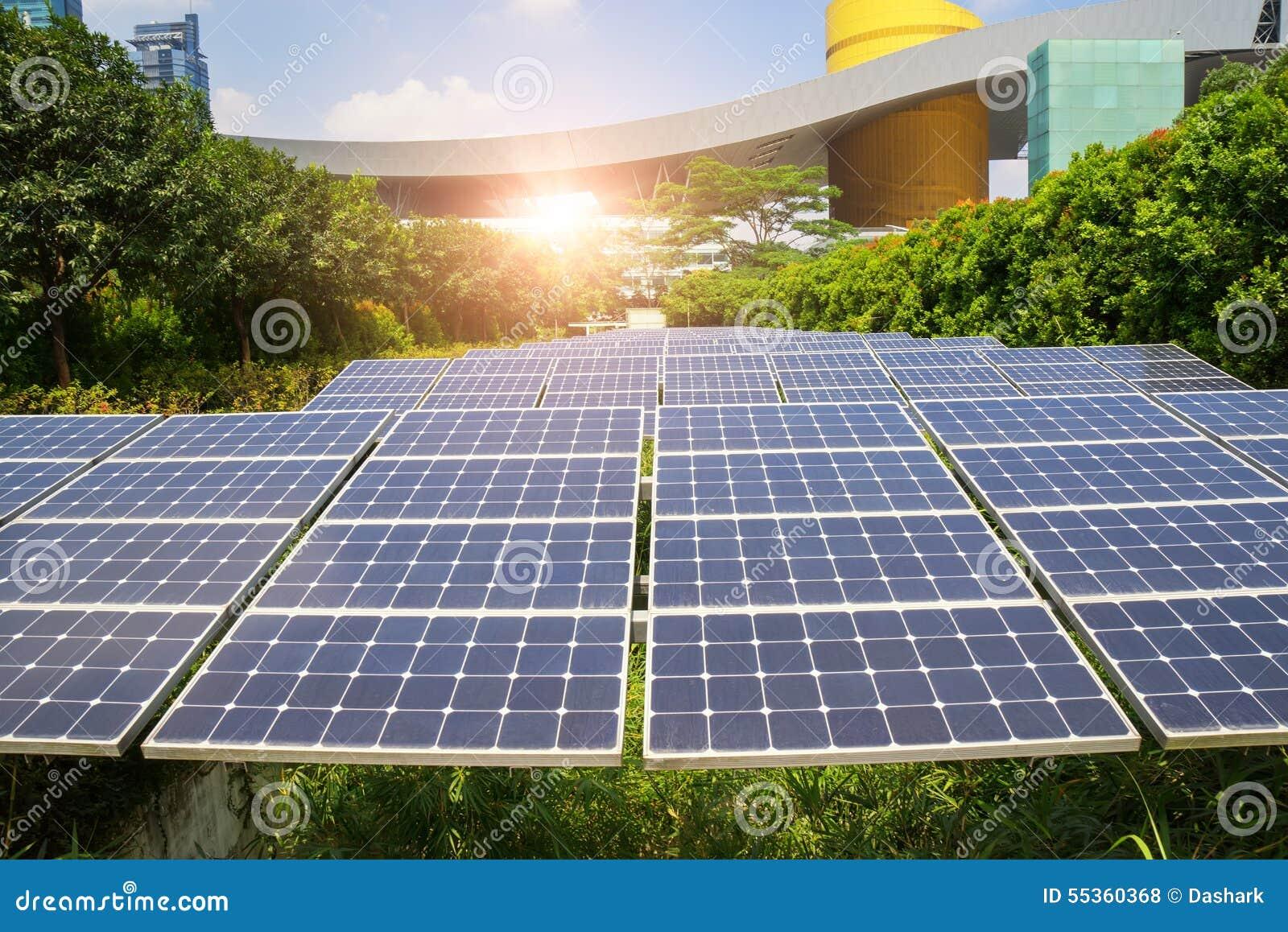 Pannelli solari in città moderna