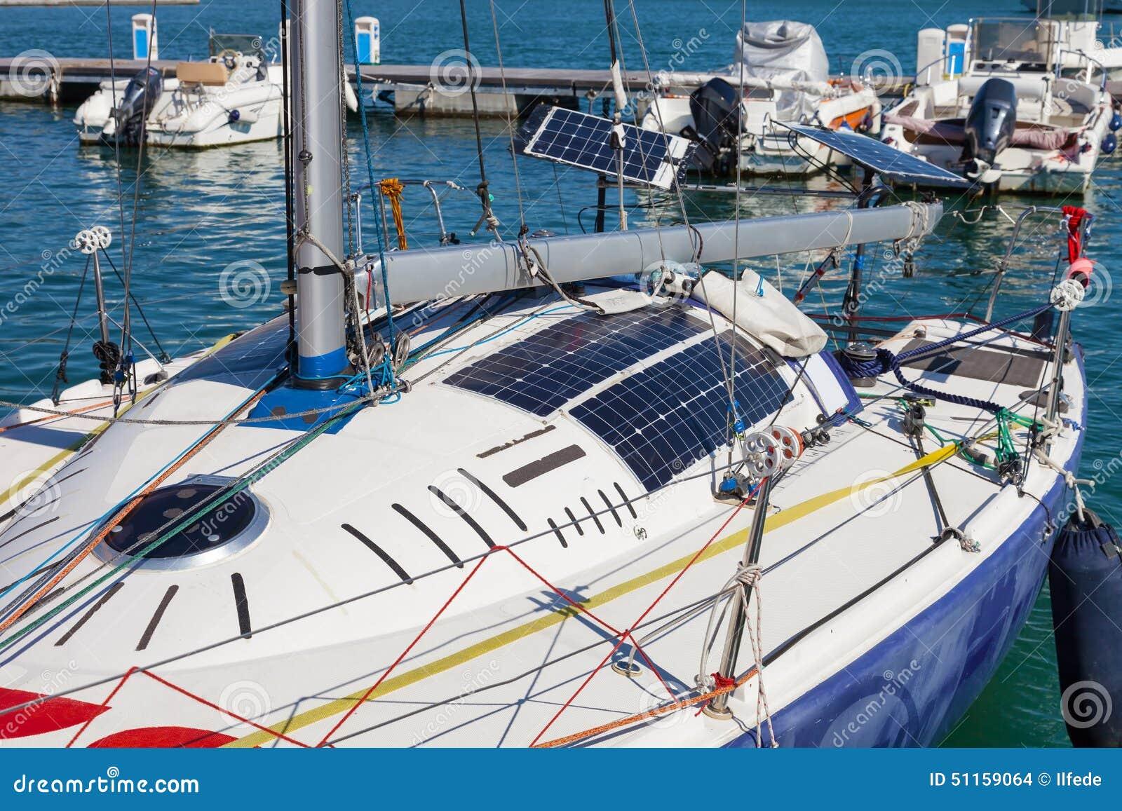 Pannello Solare Barca A Vela : Pannelli solari fotovoltaici sulla barca a vela fotografia