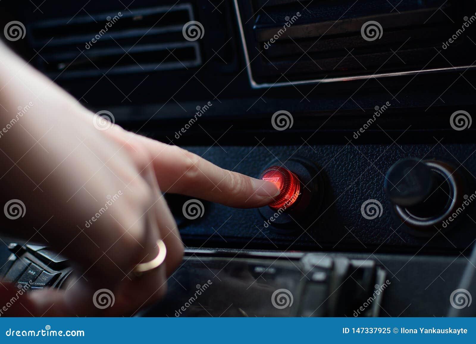 Pannello di controllo nero in un automobile russa con un bottone dell arresto di emergenza