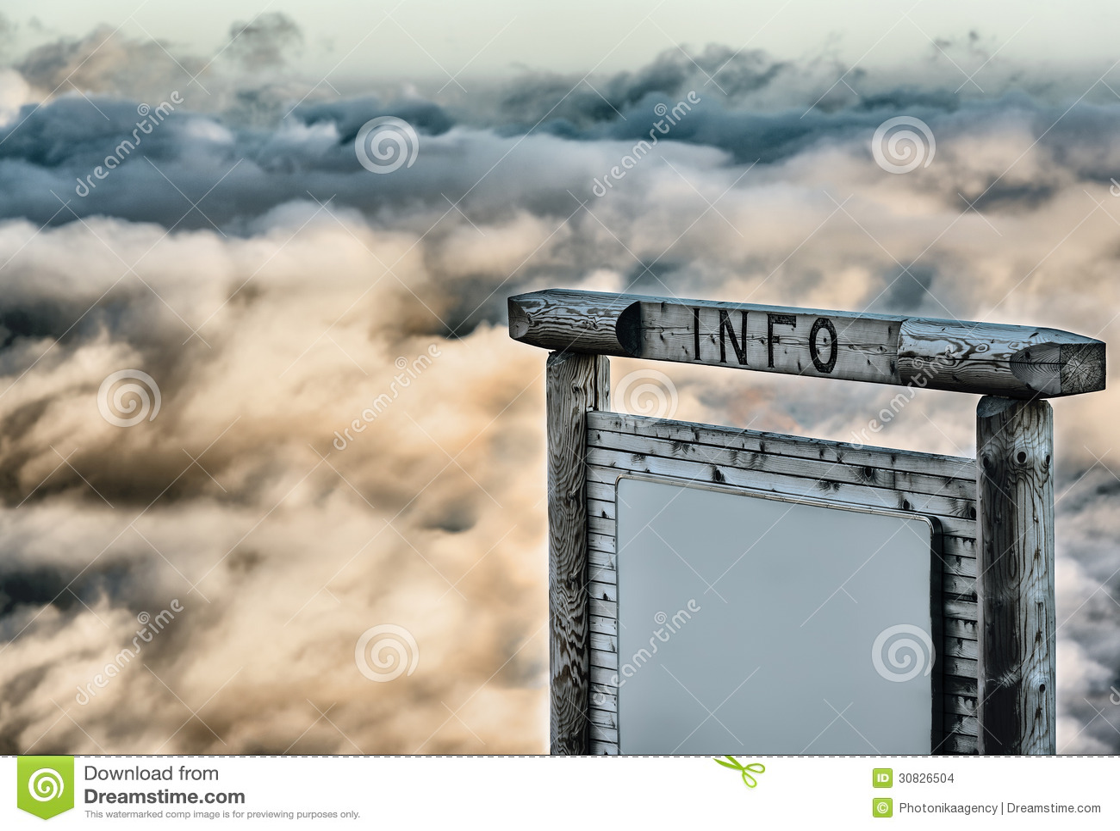 Pannello informativo sopra le nuvole