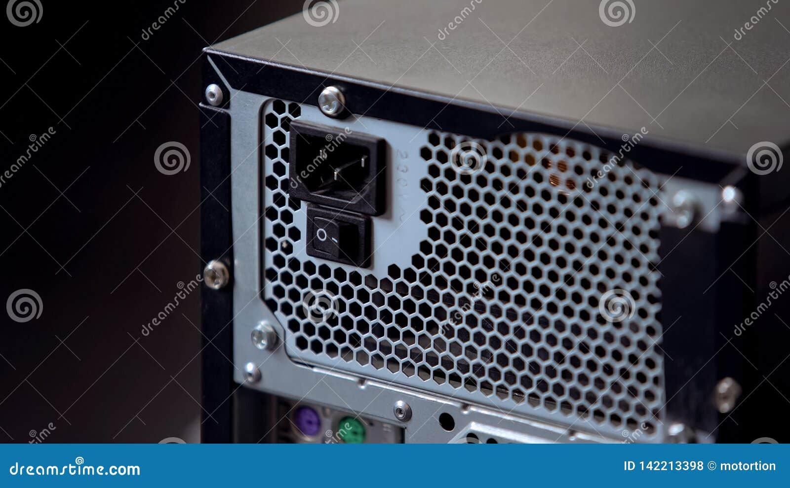Pannello posteriore del blocchetto del sistema informatico con elettricità del bottone e dei connettori di potere