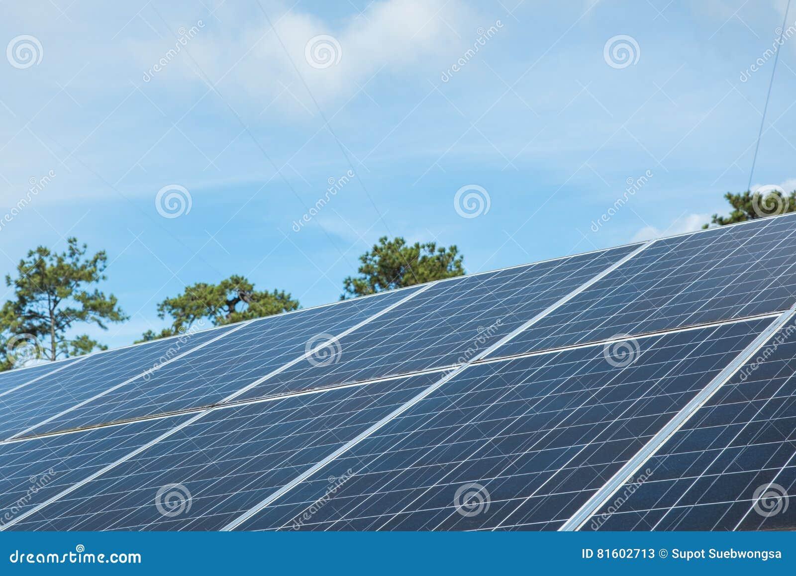Generatore Con Pannello Solare : Pannello solare blu con il generatore eolico su cielo
